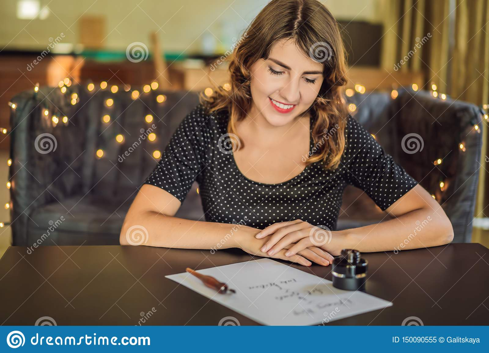 I grandi scopi di sogno dell insieme agiscono Il calligrafo Young Woman scrive la frase su Libro Bianco Iscrivendo ornamentale de