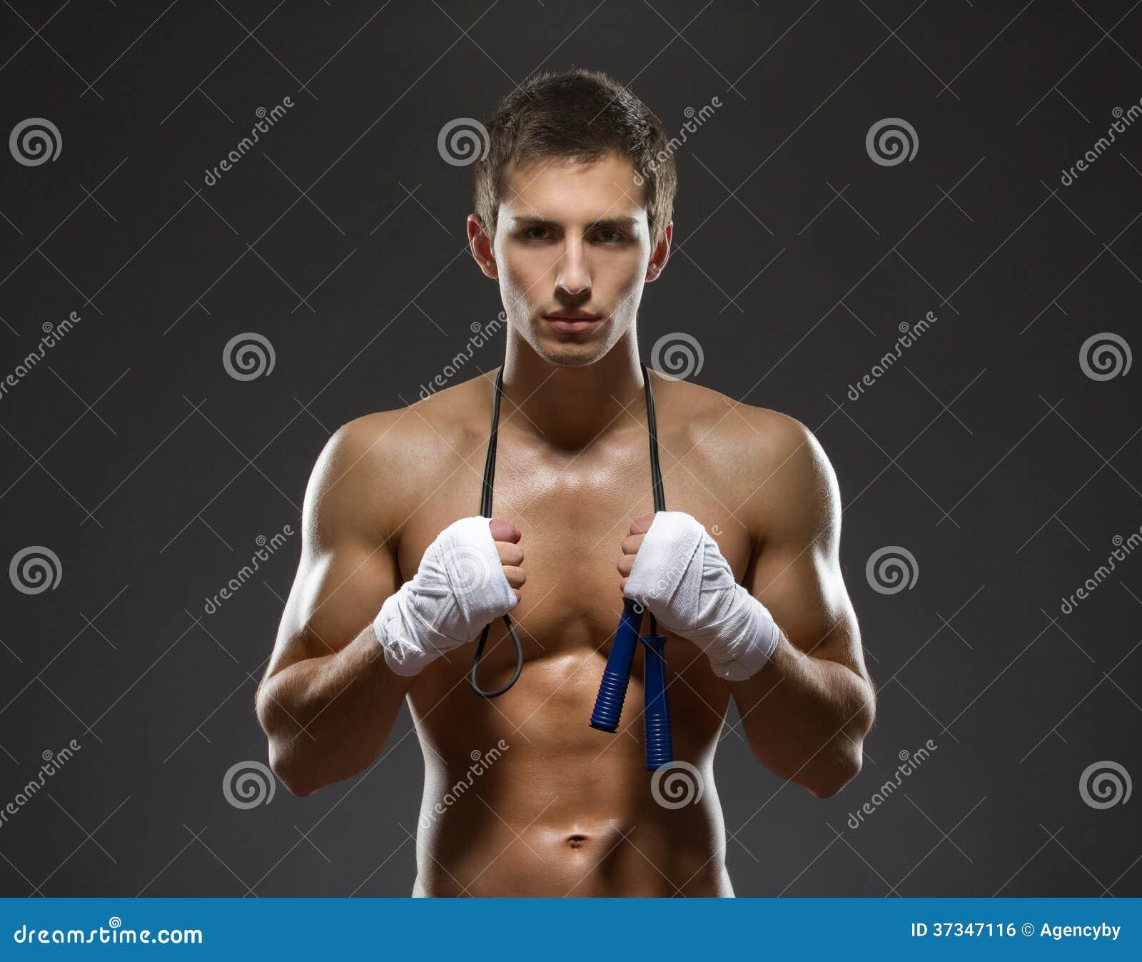 I halvfigur stående av den sexiga idrottsmannen