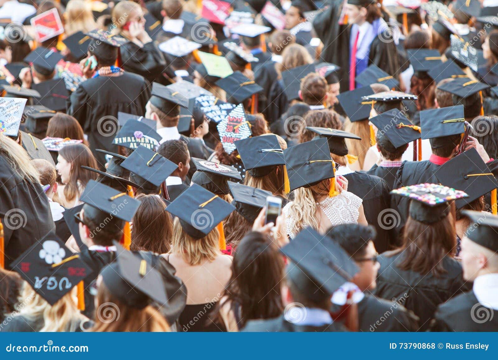 I laureati che indossano i tocchi si riuniscono per le attività di graduazione