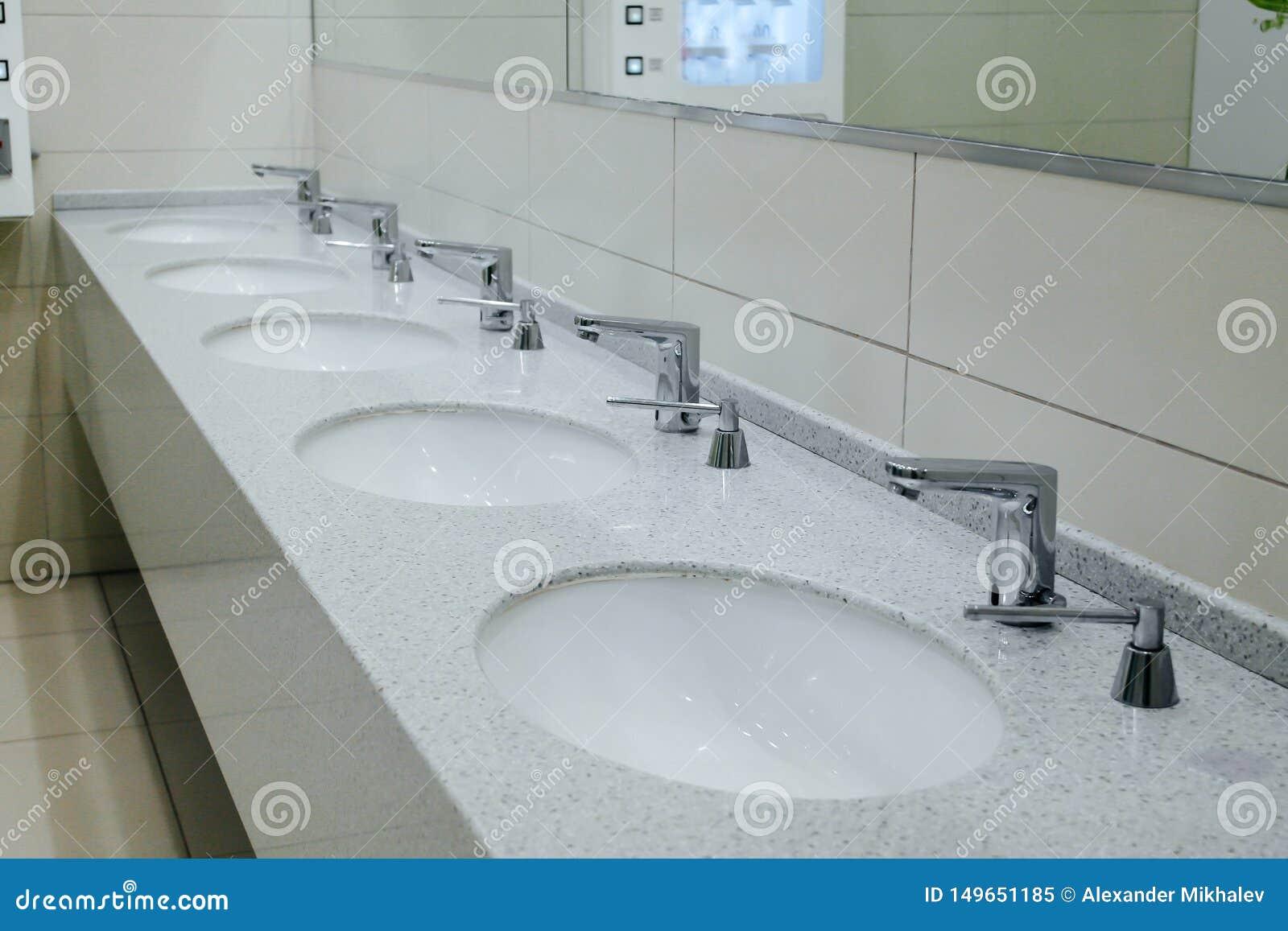 I lavandini e la finestra bianchi del bagno