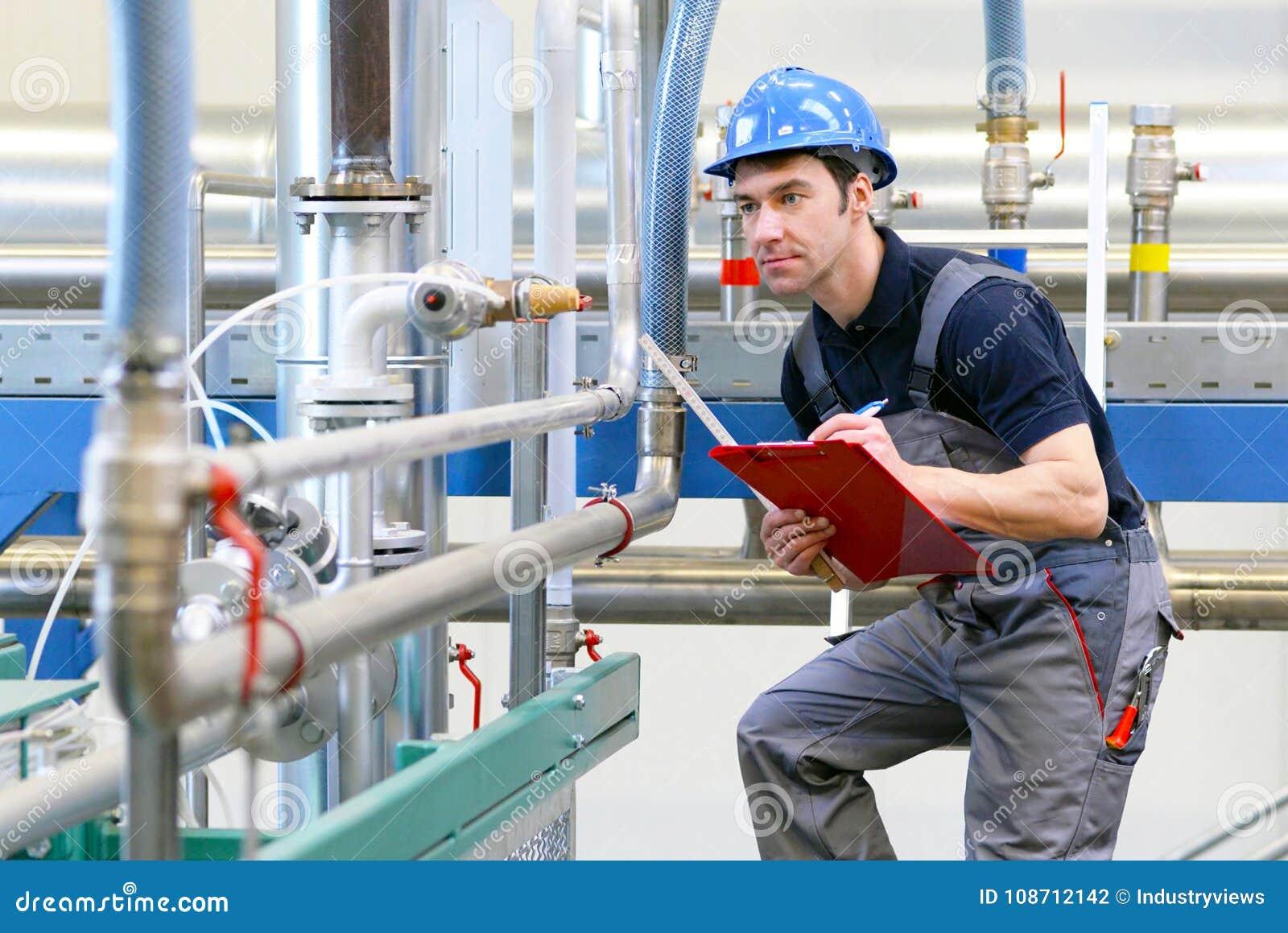 I lavoratori dell industria ispezionano la tecnologia di una pianta per il functio