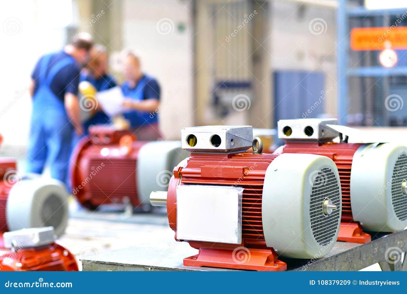 I lavoratori in una fabbrica montano i motori elettrici