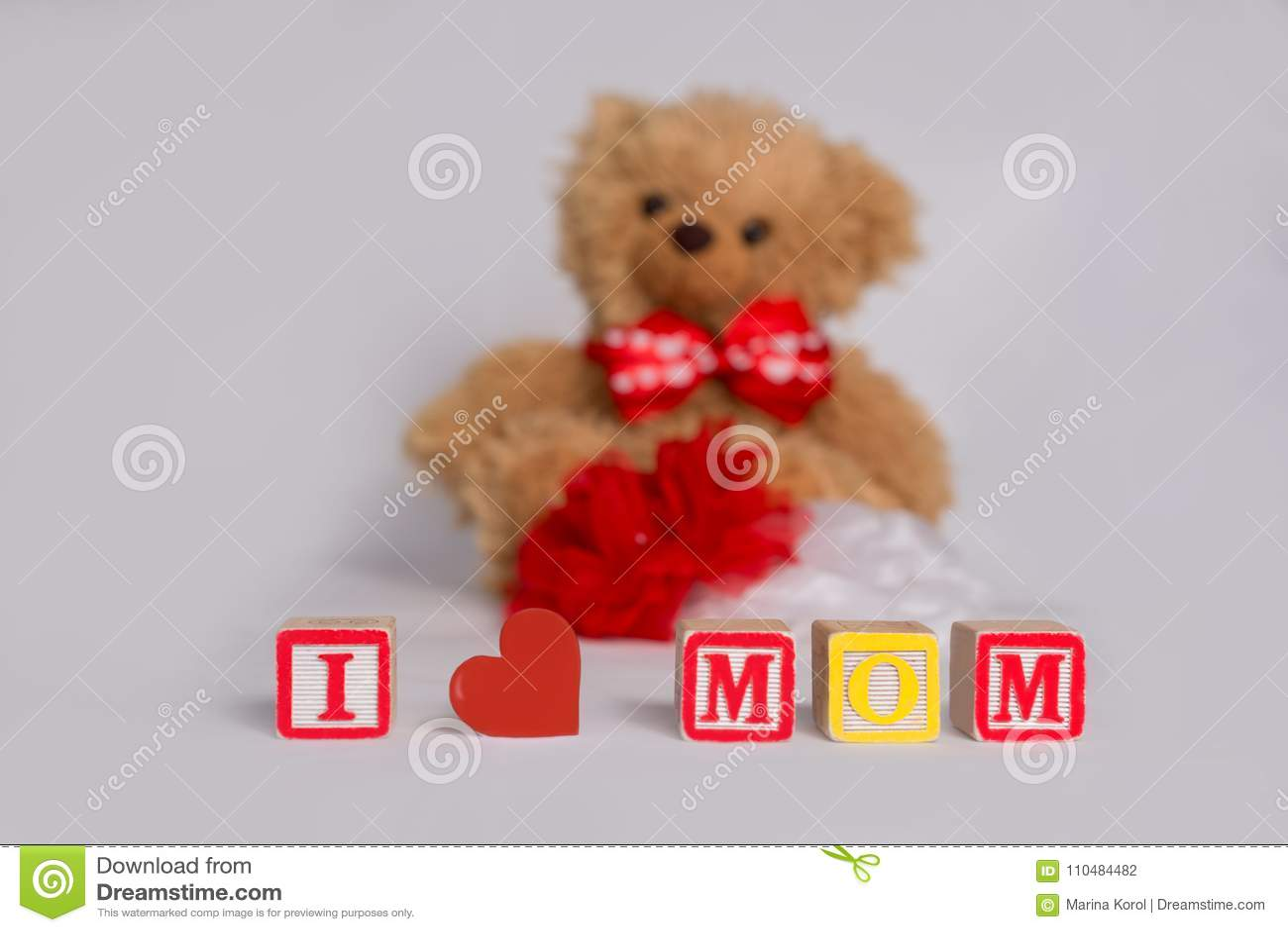 ` I liefdemamma `, met kleurrijke houten jong geitje` s blokken wordt gemaakt met rood hart dat Gevulde bruin draagt, zijn de rod