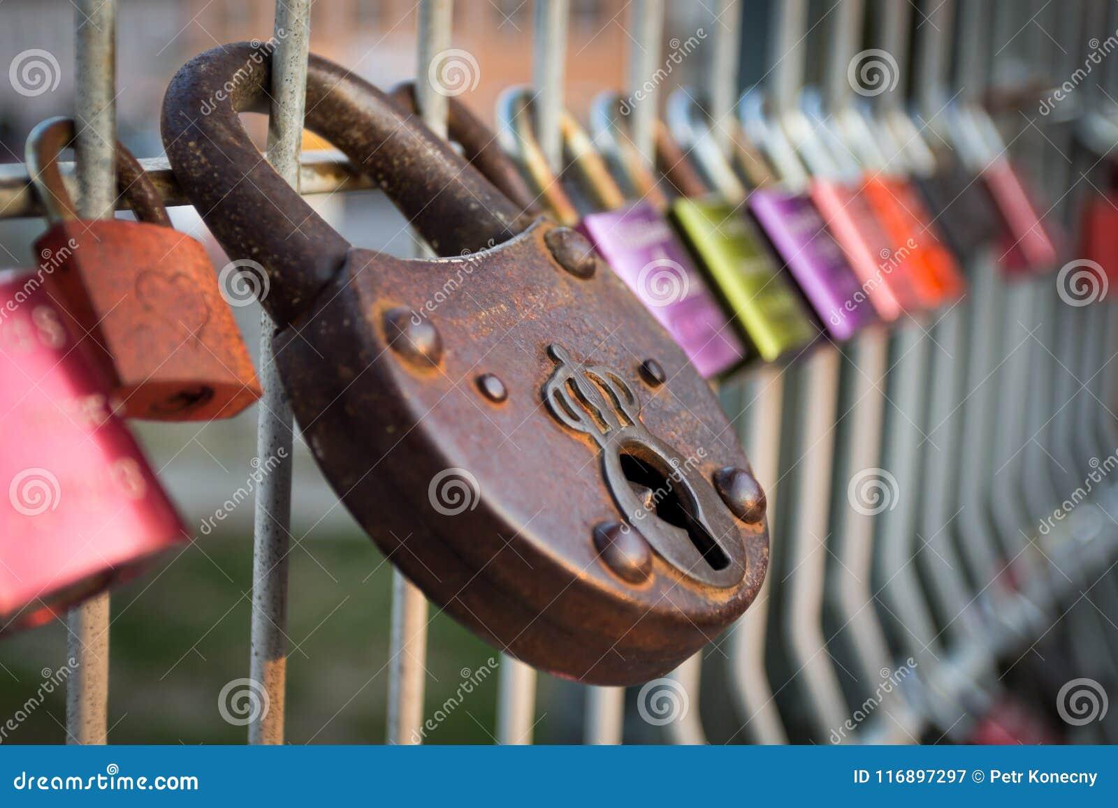 I lucchetti Colourful di amore hanno chiuso a recintare sul ponte di Eiserner Steg a Regensburg, Germania