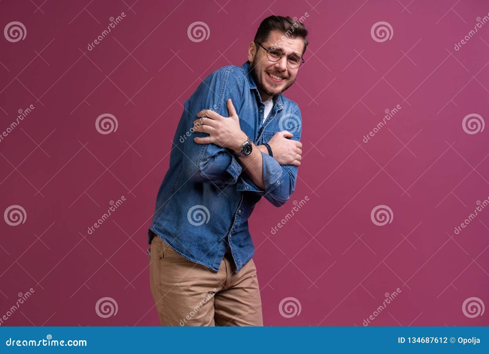 I ` m effrayé effroi Homme effrayé Position d homme d affaires d isolement sur le fond rose à la mode de studio Émotions humaines