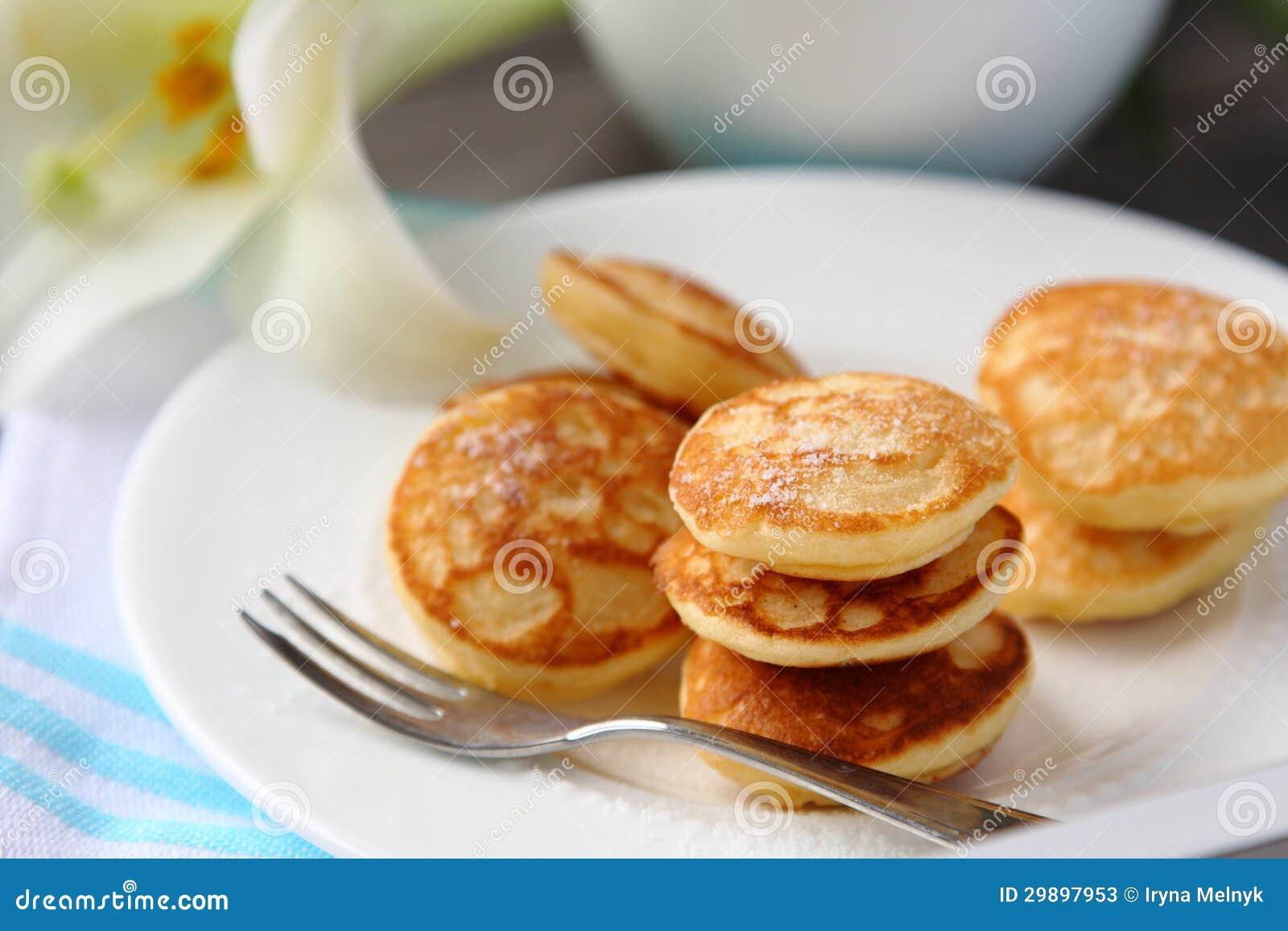 i mini pancake olandesi hanno chiamato i poffertjes immagine stock immagine di cottura. Black Bedroom Furniture Sets. Home Design Ideas