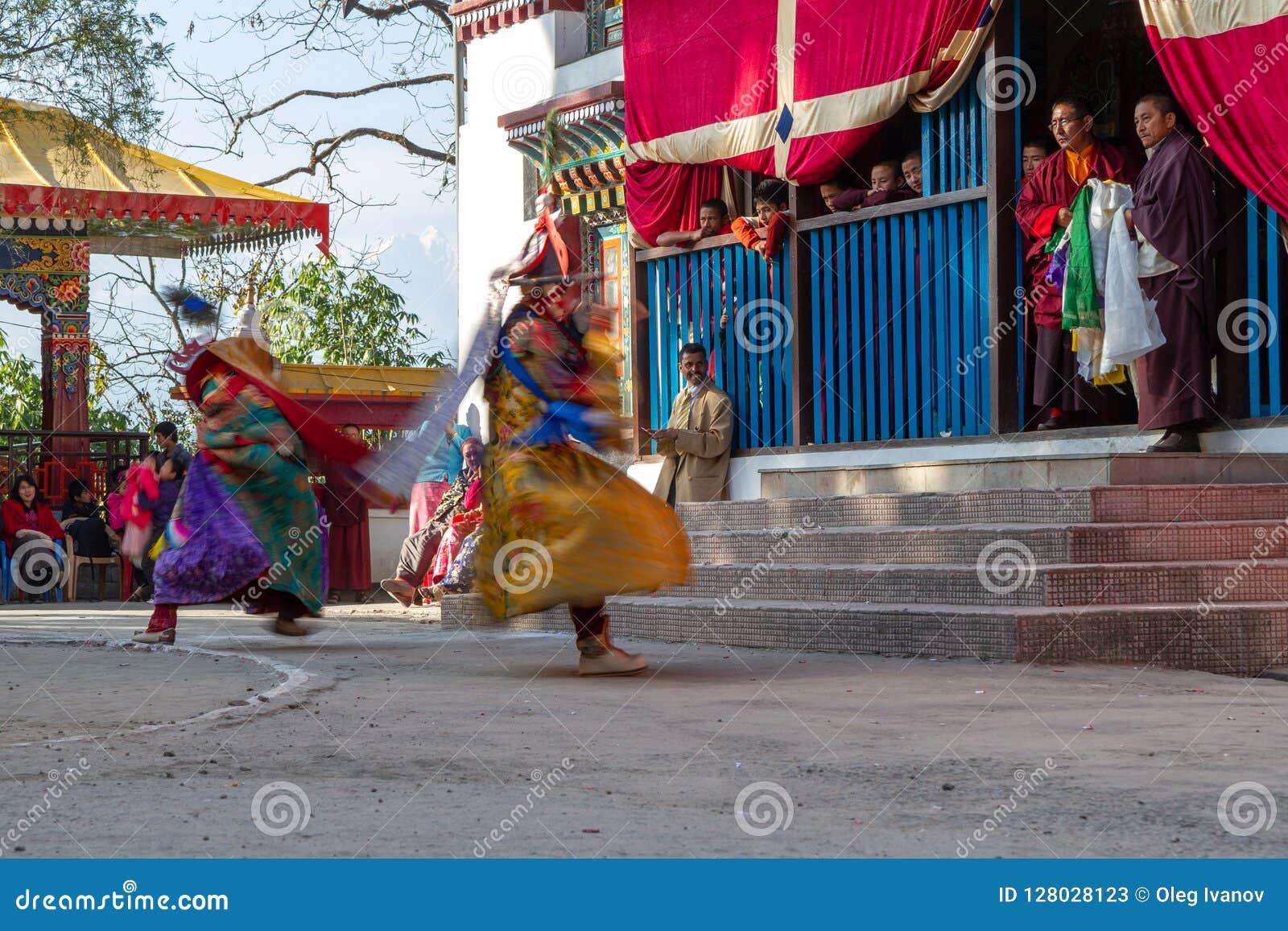 I monaci eseguono il ballo mascherato e costumed di buddismo tibetano durante il festival di ballo di Cham I ballerini hanno offu