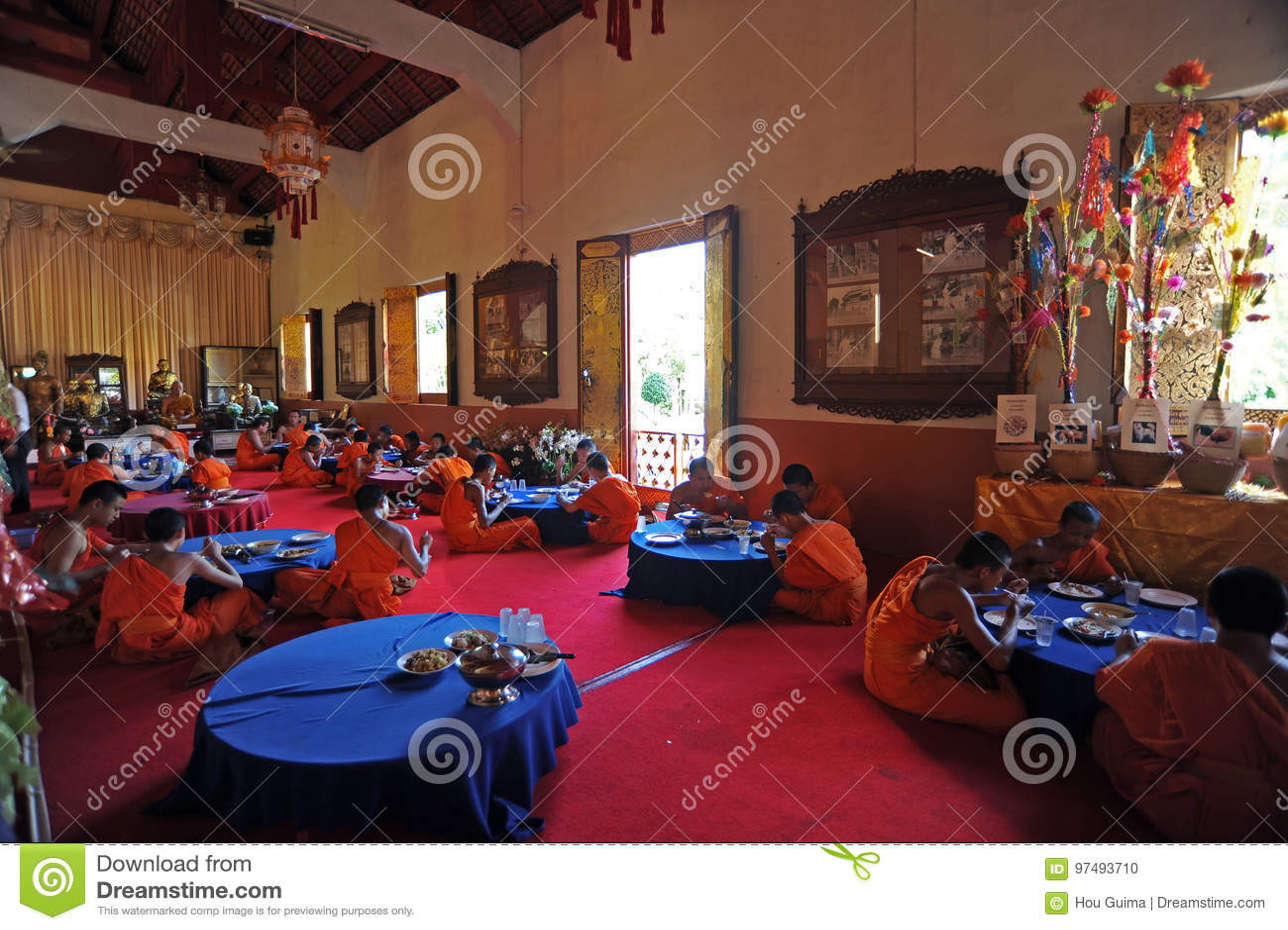 I monaci pranzano al tempio di Wat Phra Singh