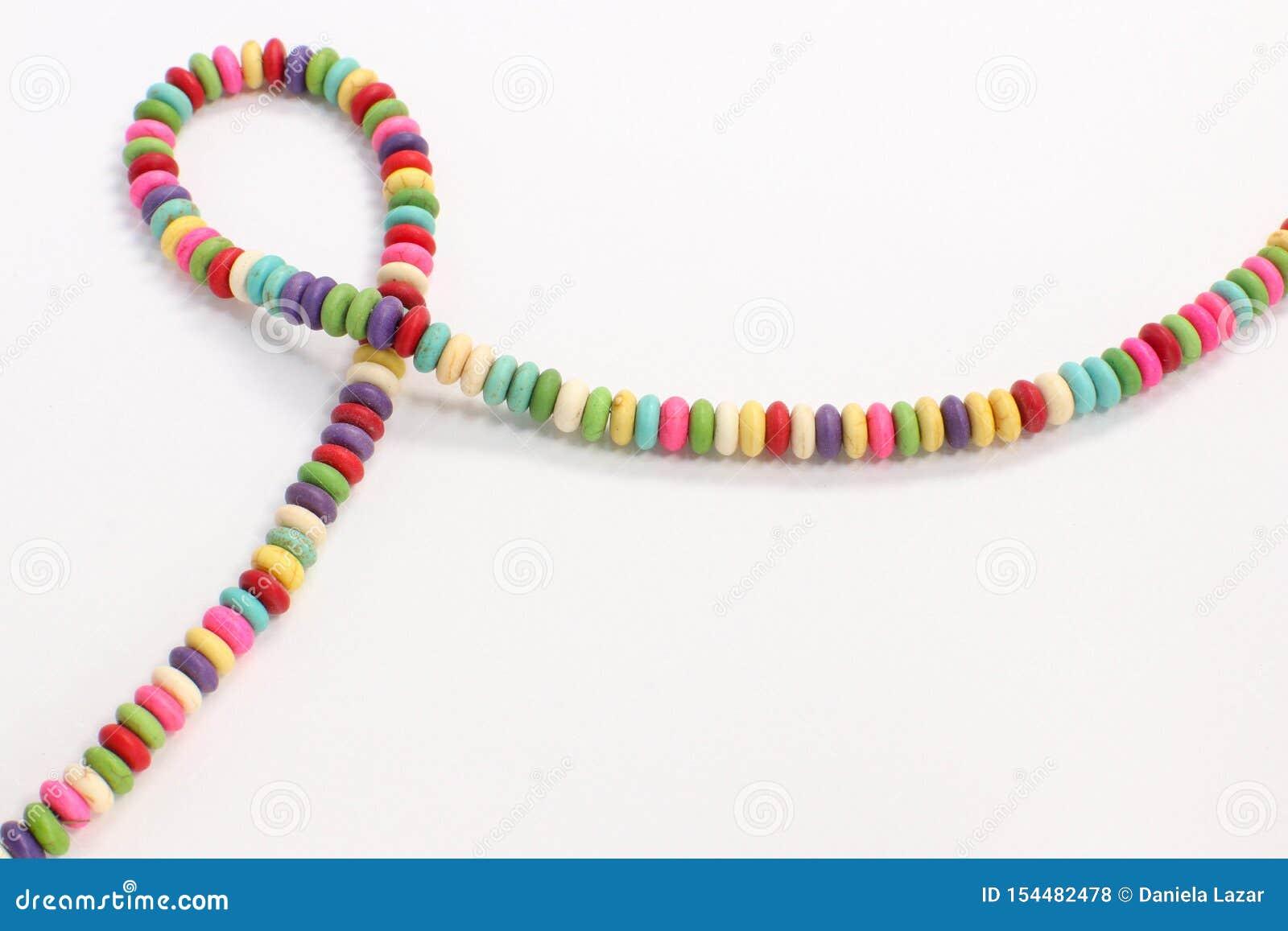 I multi gioielli colorati bordano l accessorio fatto a mano della collana su fondo bianco