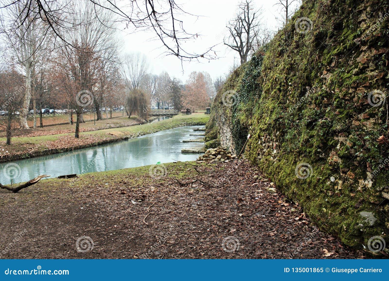 I mura di cinta di Treviso, è il complesso degli impianti difensivi eretti durante i secoli per difendere la città dagli attacchi