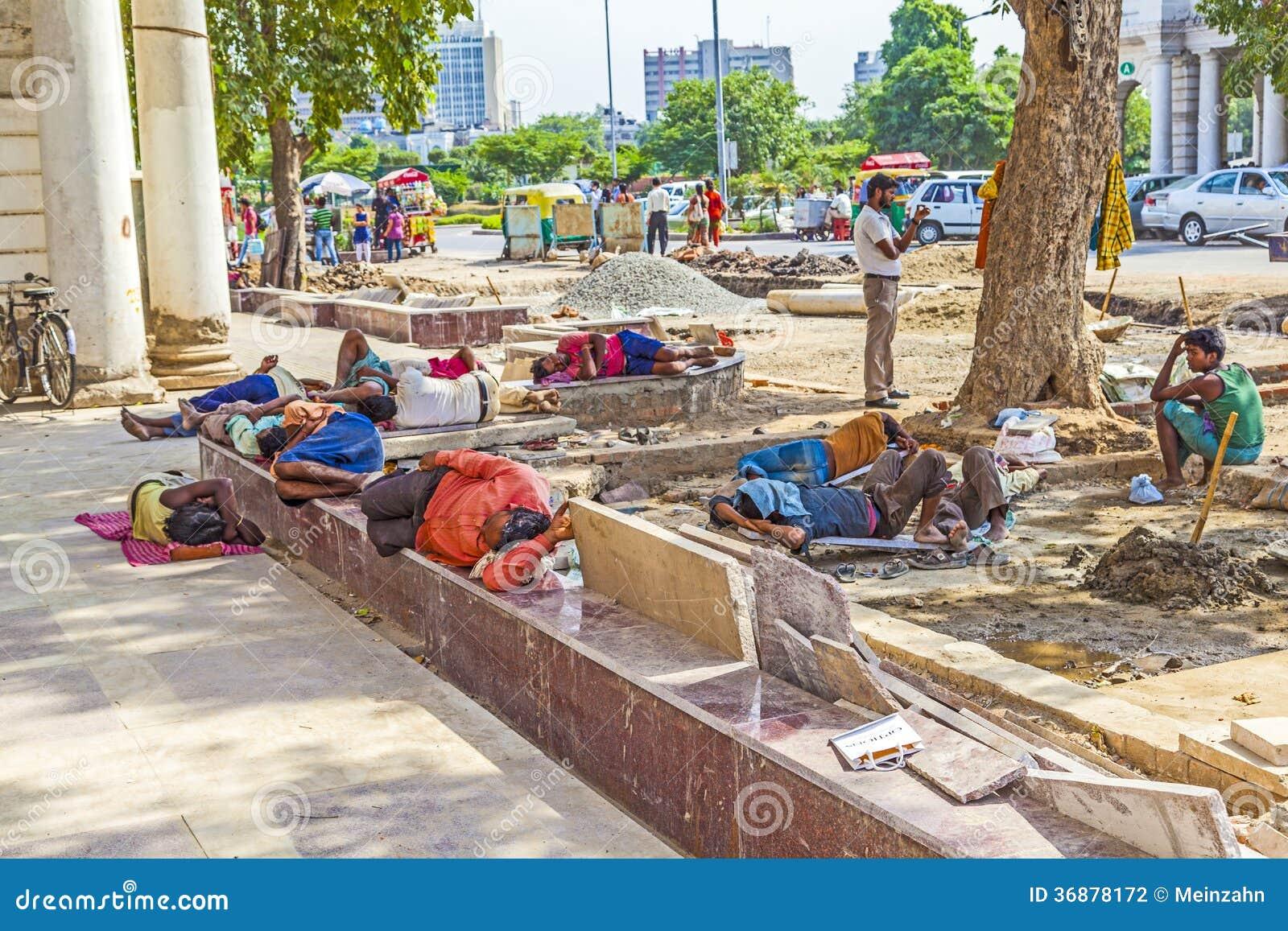Download I muratori si rilassano a fotografia editoriale. Immagine di lavoro - 36878172
