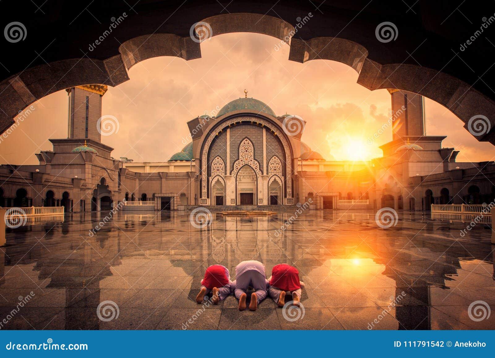 I musulmani chilgren il peccato e pregano in moschea