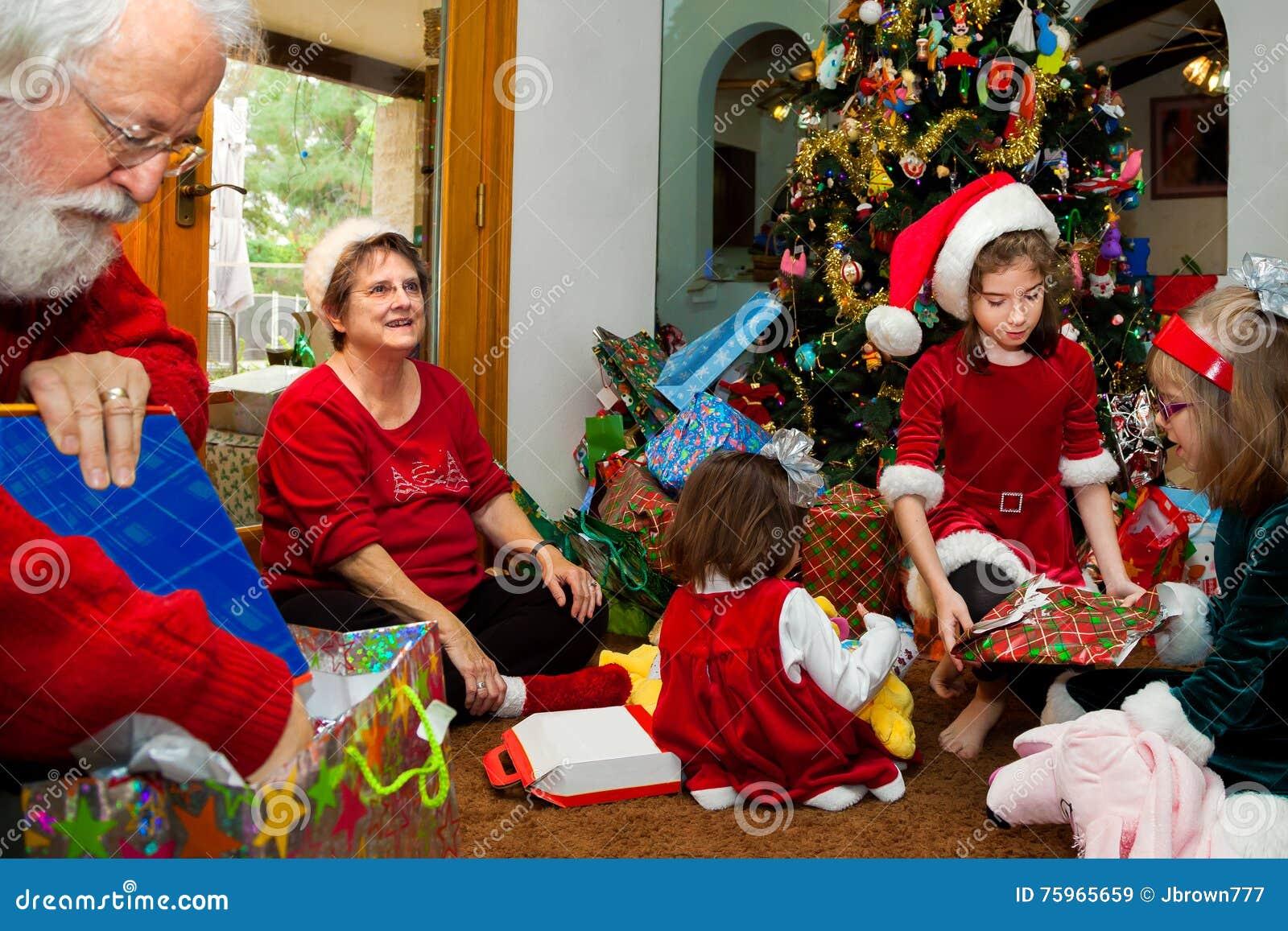 Regali Di Natale Per I Nonni.I Nonni Ed I Grandkids Non Imballato I Regali Di Natale