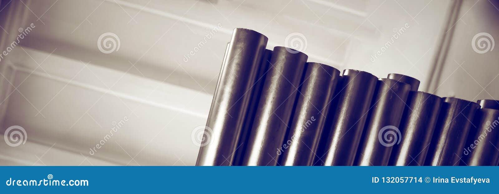 Scaffali In Metallo Cromato.I Nuovi Tubi Del Metallo Con Rivestimento Cromato Si Trovano Sugli