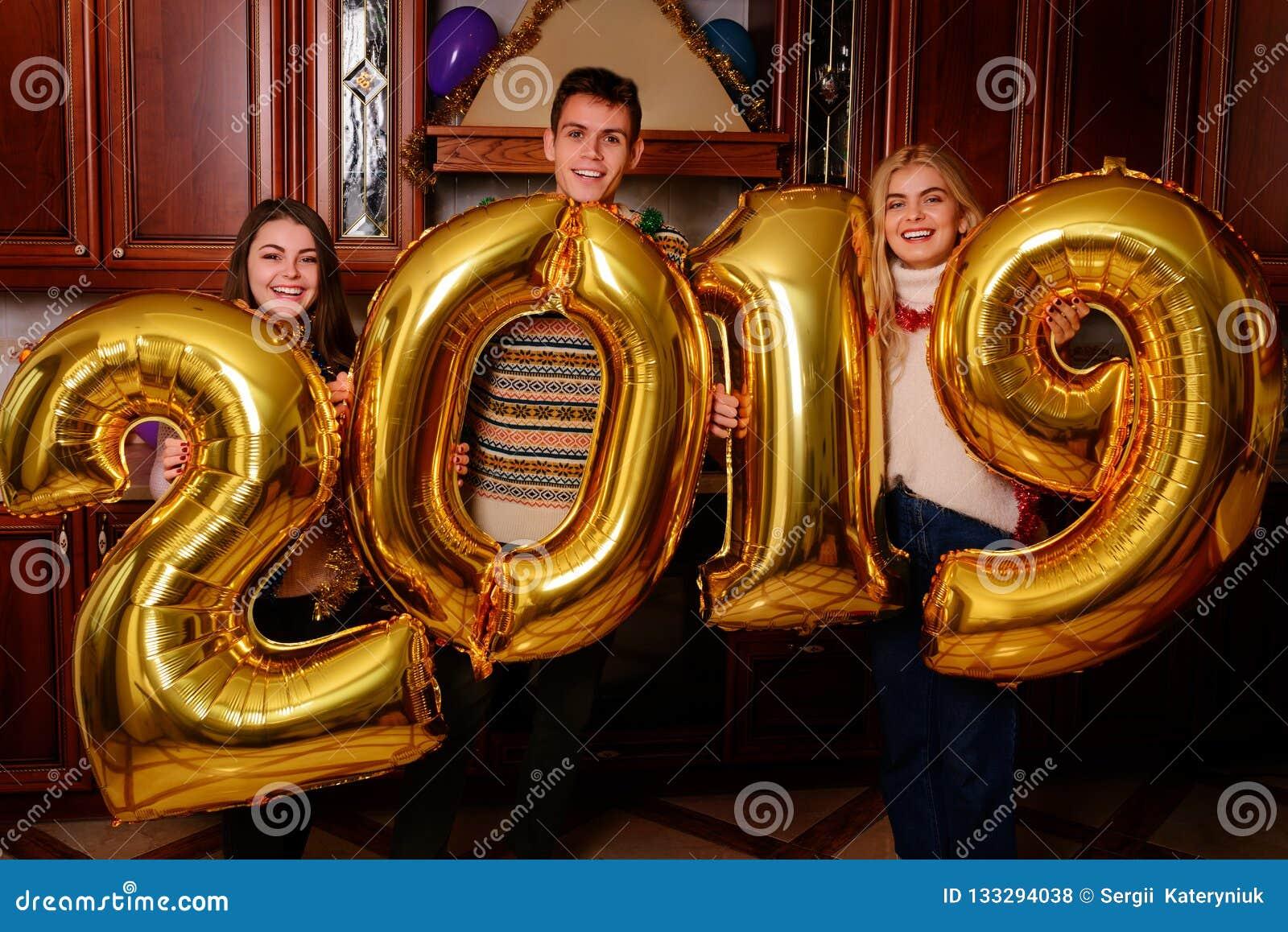 I nuovo 2019 anni stanno venendo Gruppo di trasporto allegro dei giovani