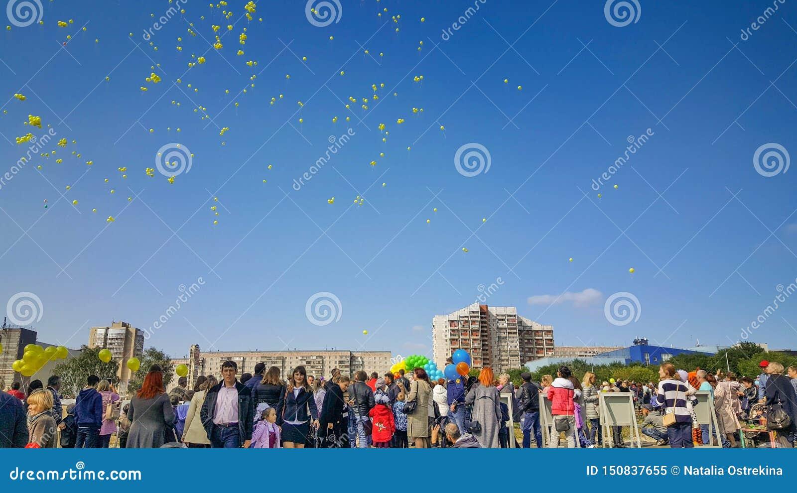 I palloni gialli hanno pilotato il cielo nella celebrazione