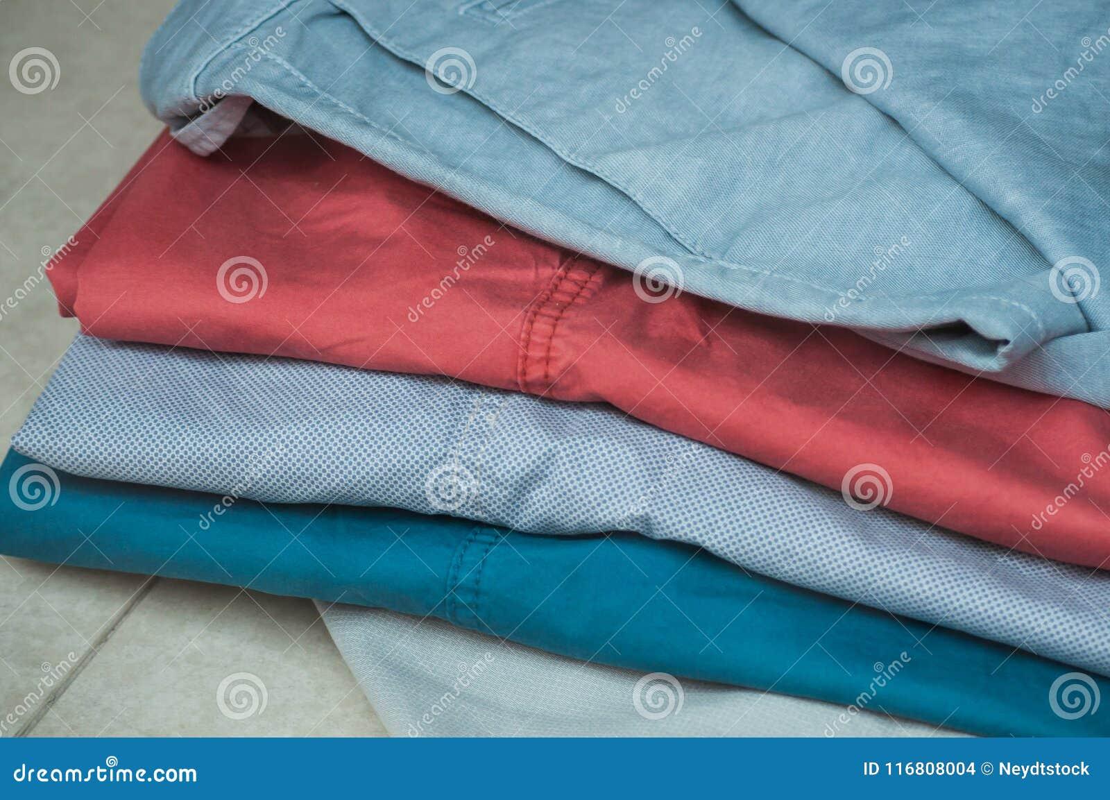 I pantaloni variopinti hanno messo nel deposito di modo per lo showr degli uomini