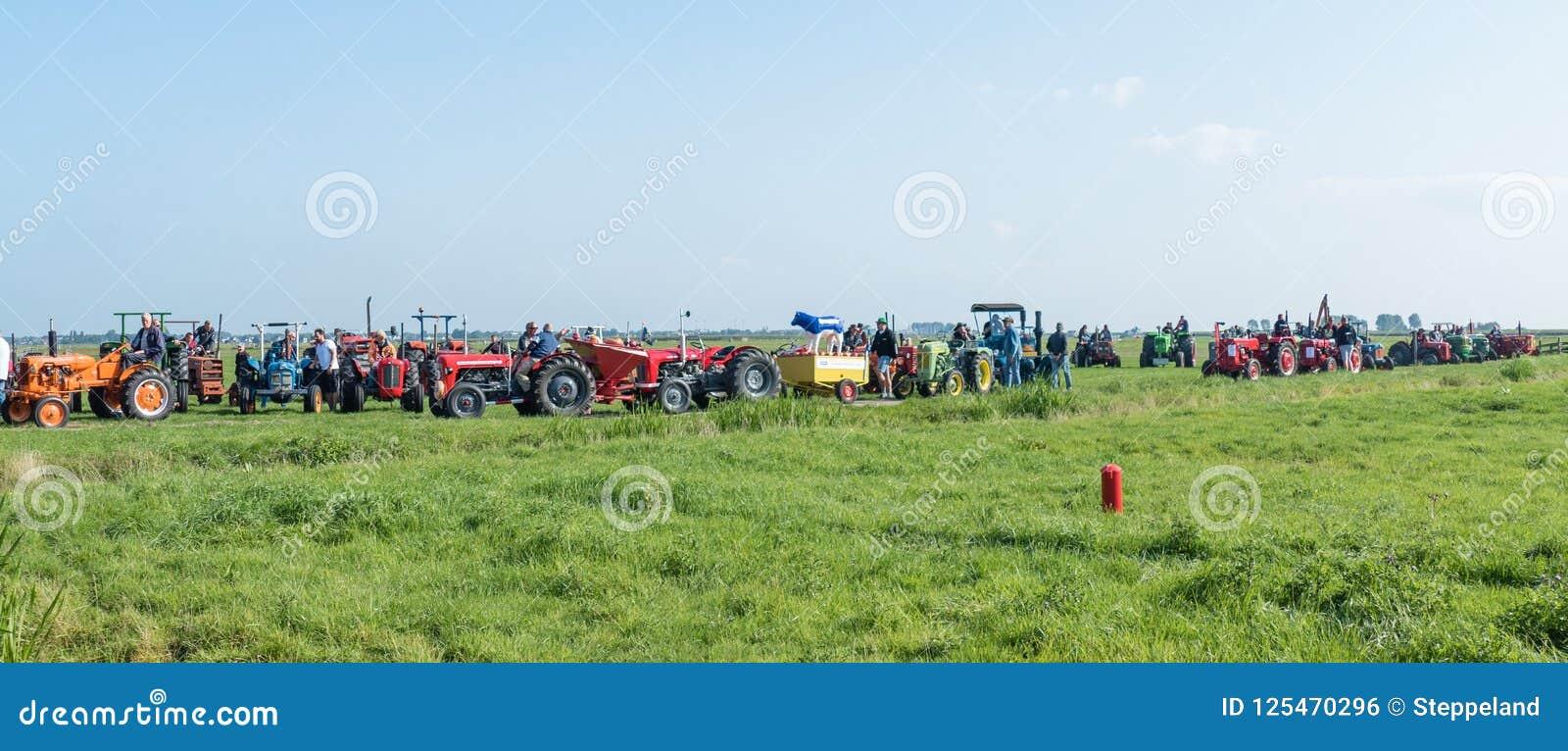 I partecipanti del trattore del oldtimer visitano la preparazione cominciare