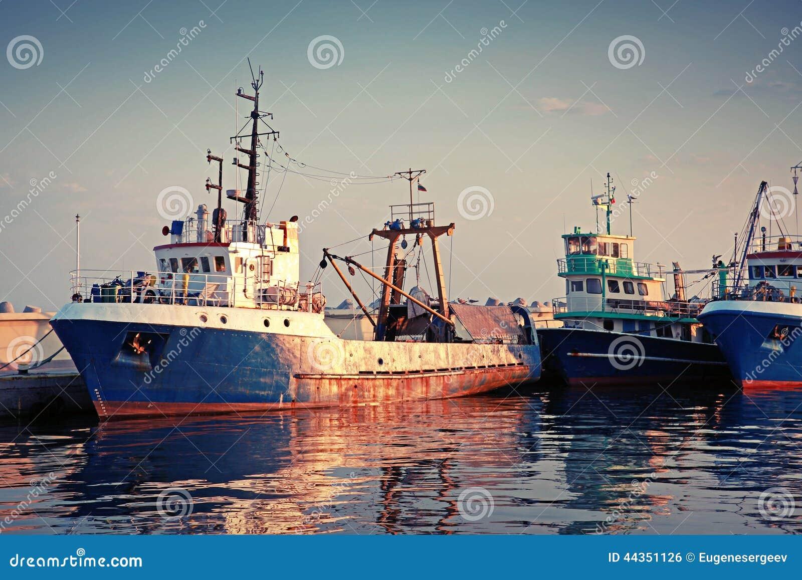 I pescherecci industriali sono attraccati in porto