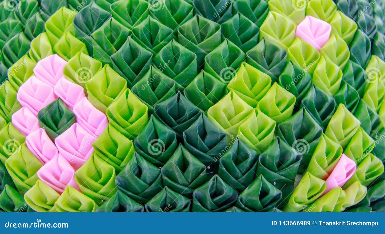 I petali di Krathong hanno fatto dalle foglie verdi della banana decorate con i motivi tailandesi
