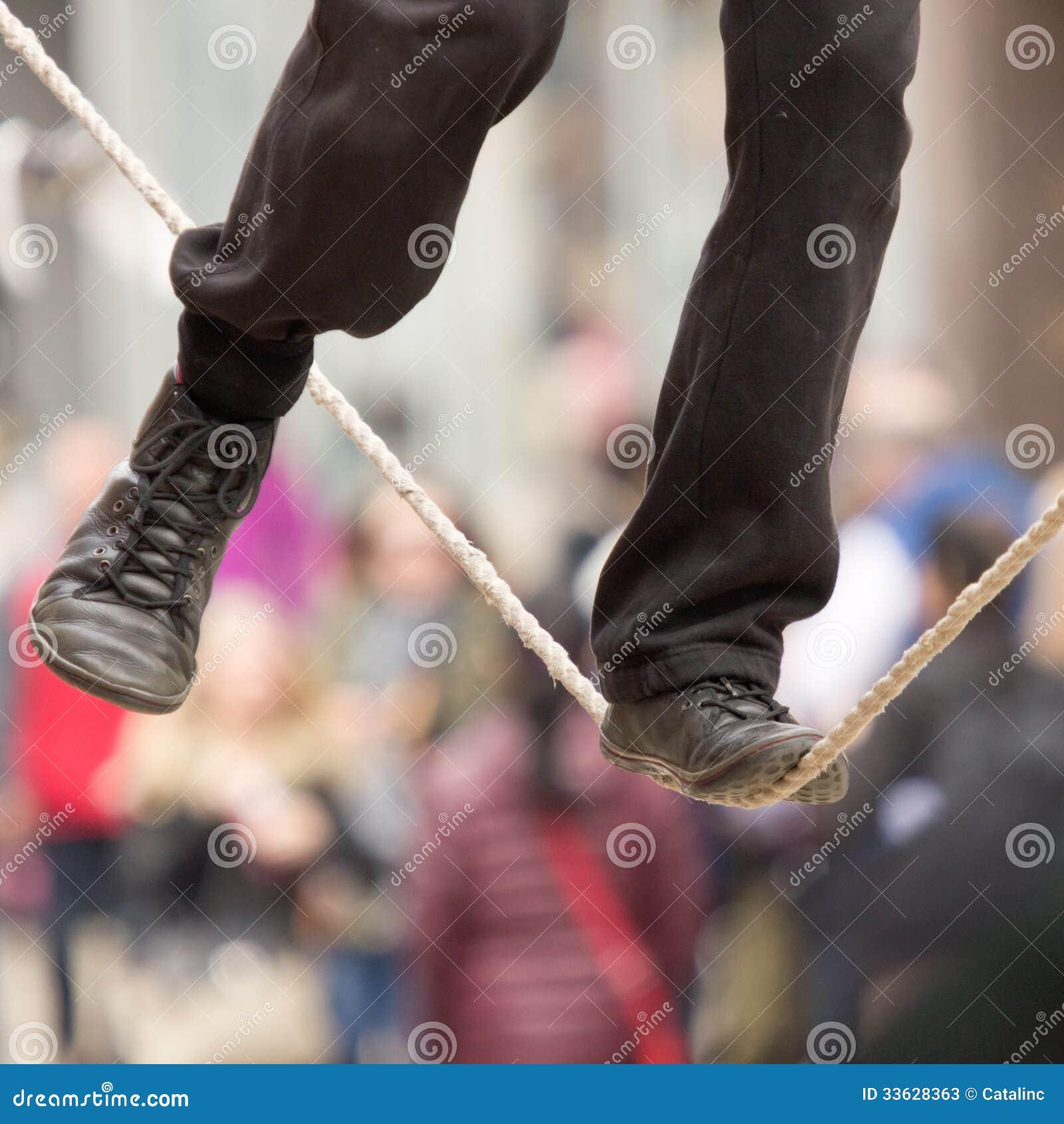 I piedi di un camminatore della corda per funamboli