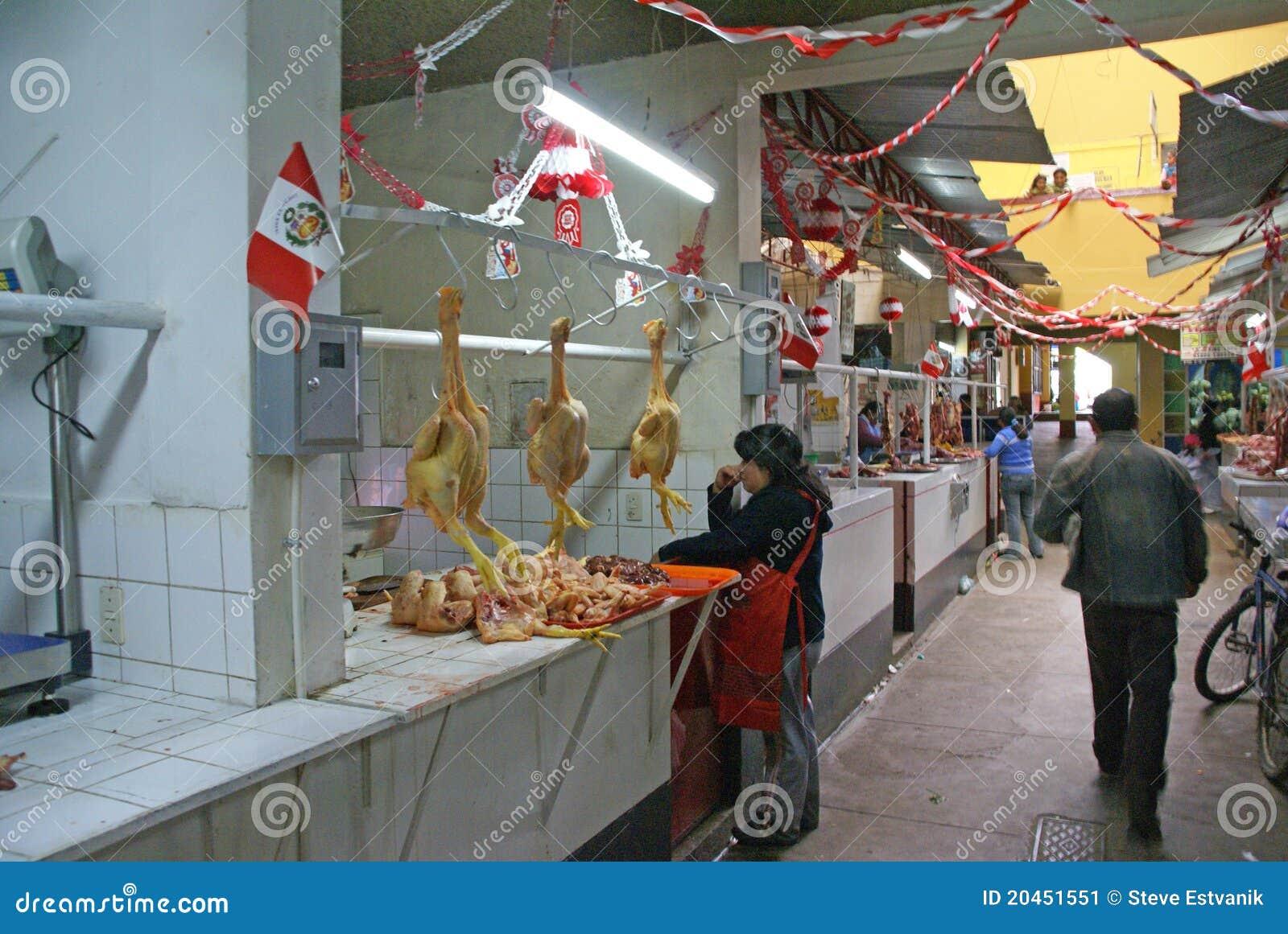 I polli sono pronti per la vendita in di macelleria