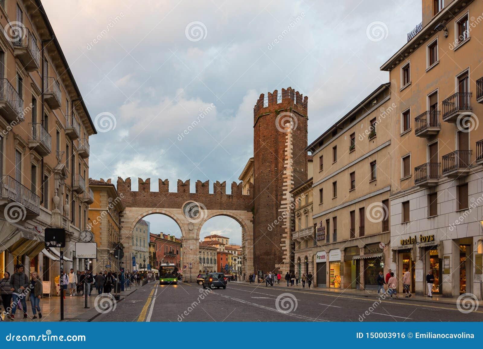 I portoni del reggiseno sono un portone di Verona hanno costruito lungo le pareti medievali