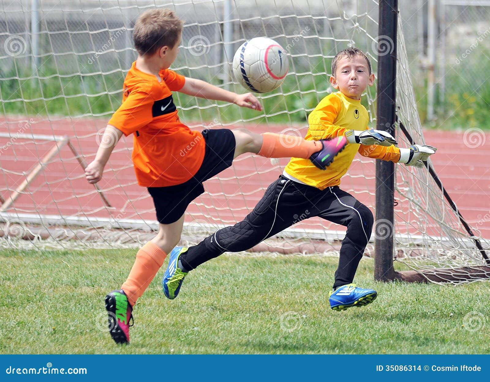 I ragazzi dei piccoli bambini giocano a calcio o calcio