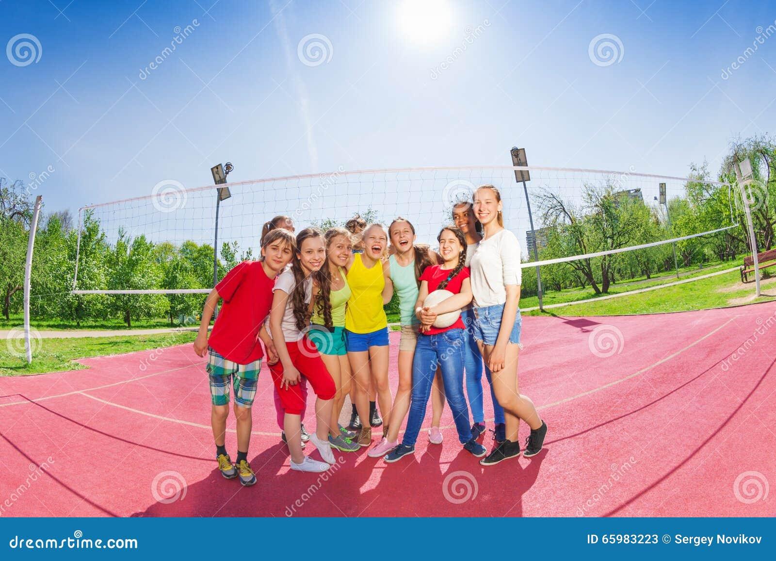 I ragazzi e le ragazze teenager svegli nella pallavolo team