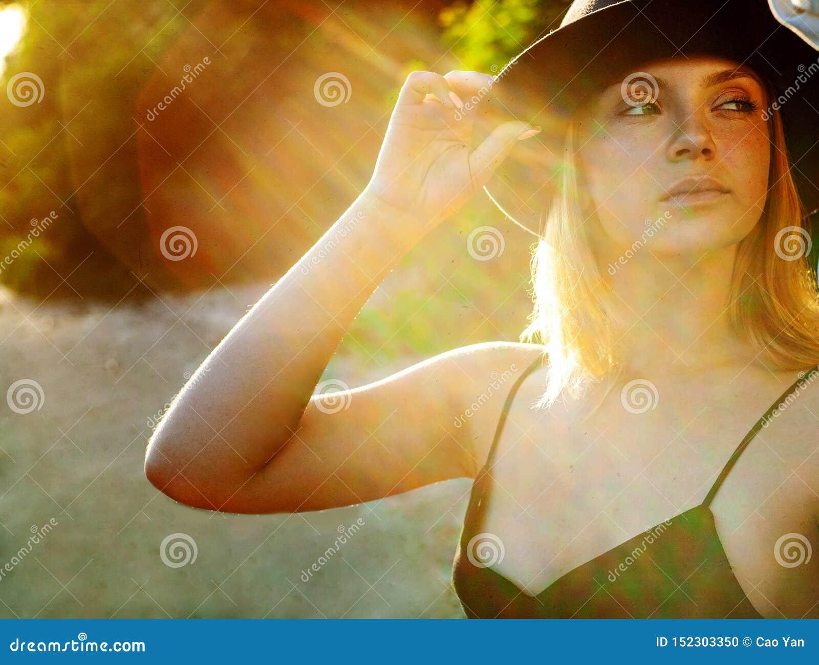 I raggi del sole cadono sul fronte di bella donna