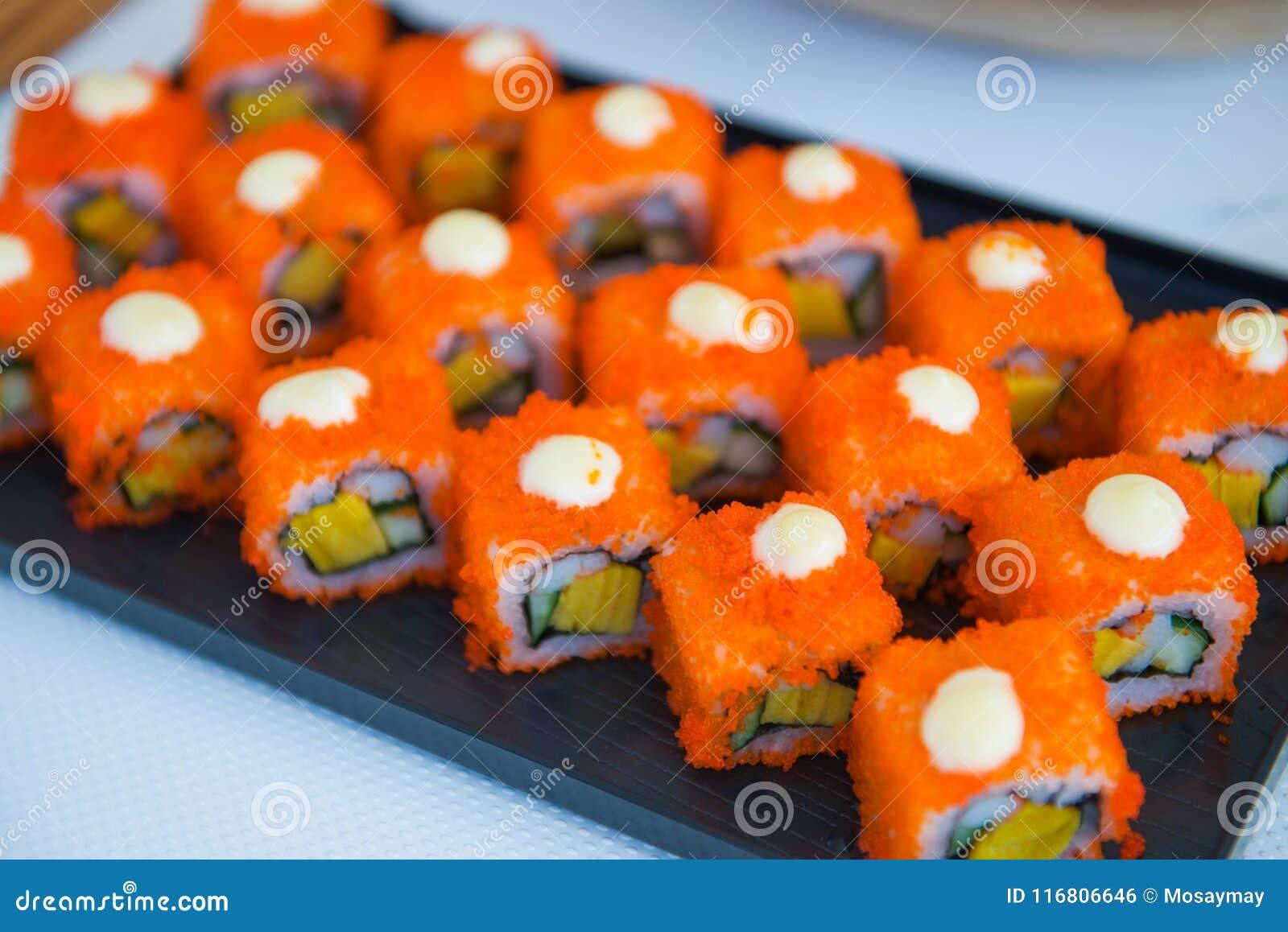 I rotoli di sushi hanno messo sul vassoio pronto per mangiano