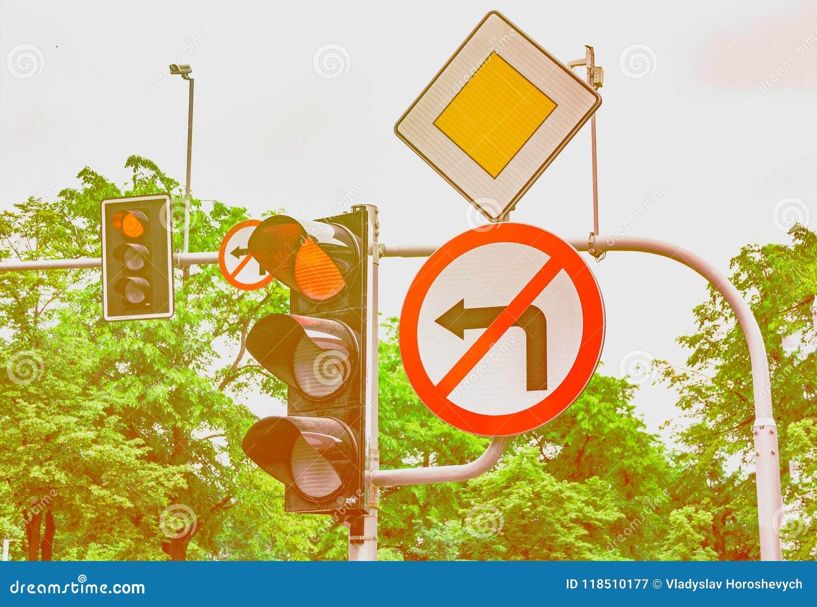 I segnali stradali, il semaforo è rossi, il giro a sinistra è vietato
