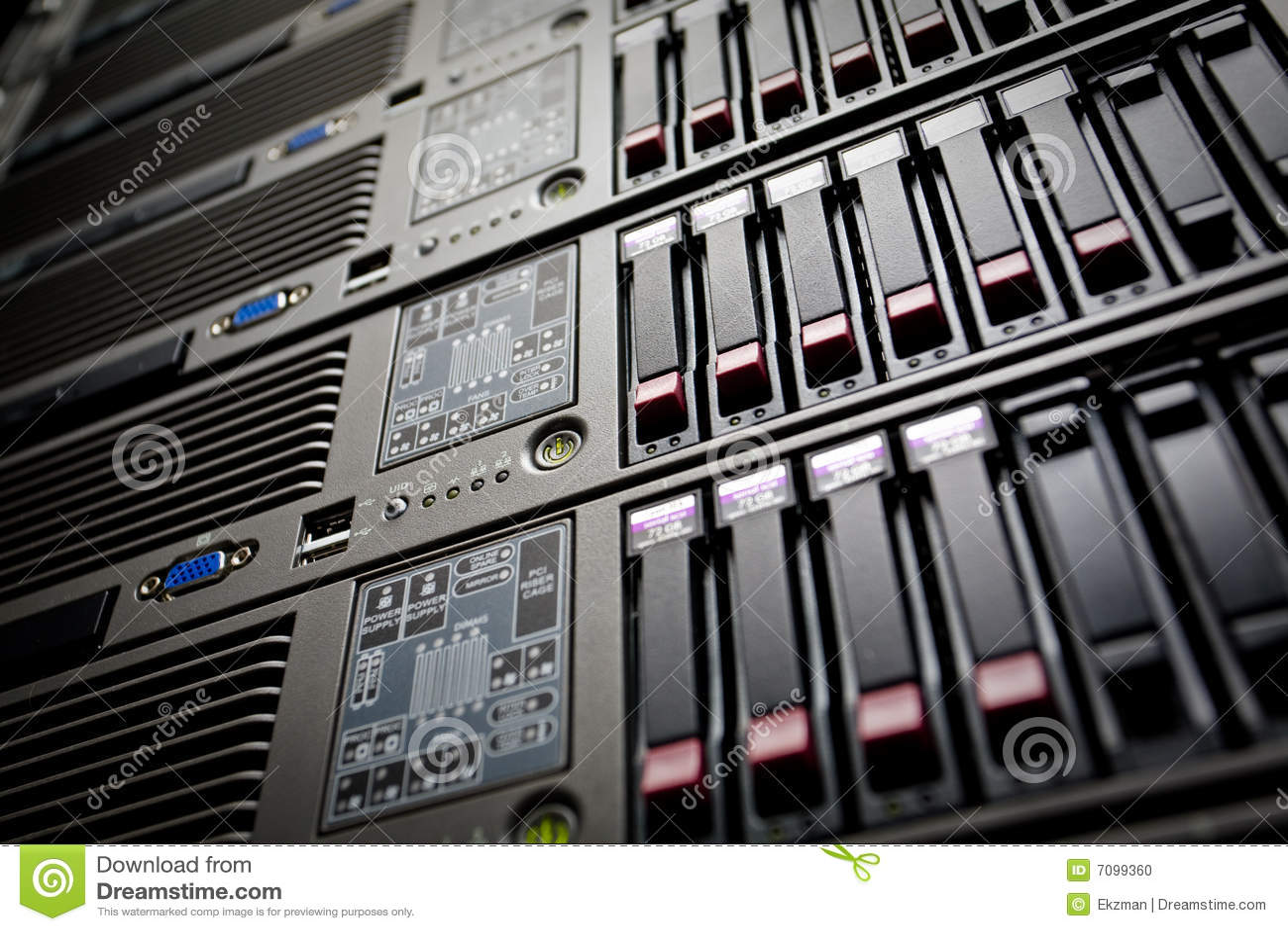 I server impilano con gli azionamenti duri in un datacenter