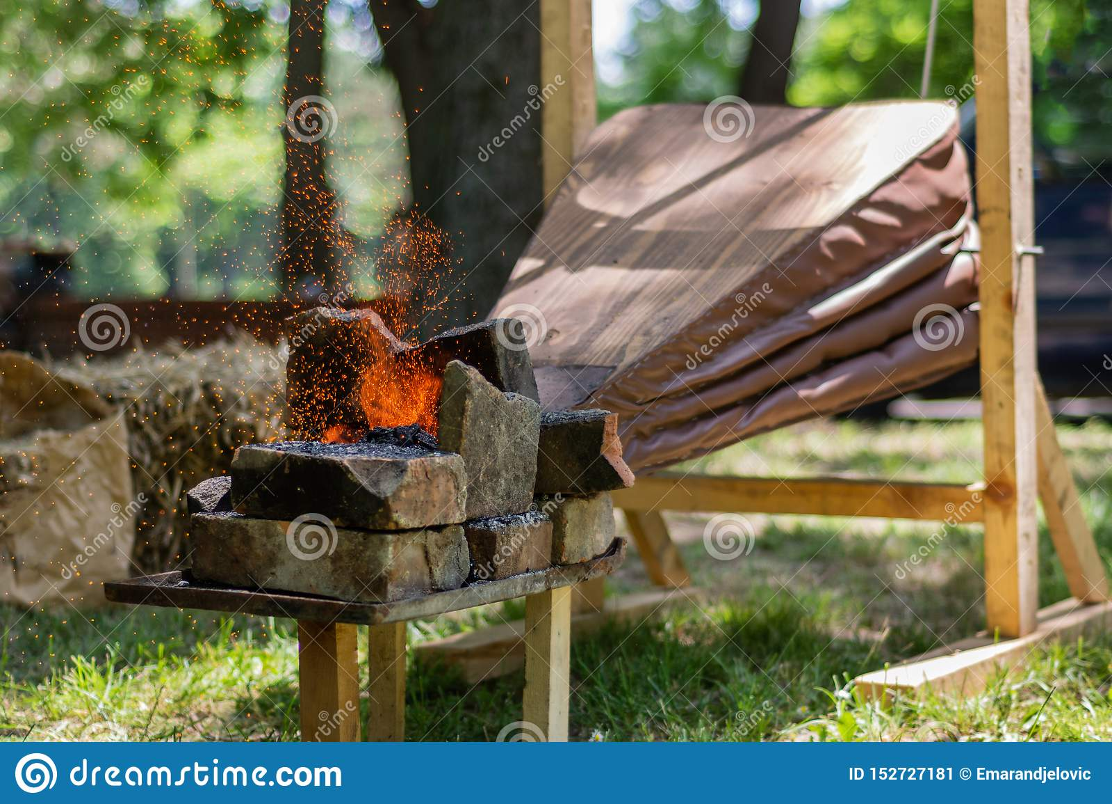 I soffietti medievali fanno il fuoco dei carboni e le scintille volano dal fabbro all aperto