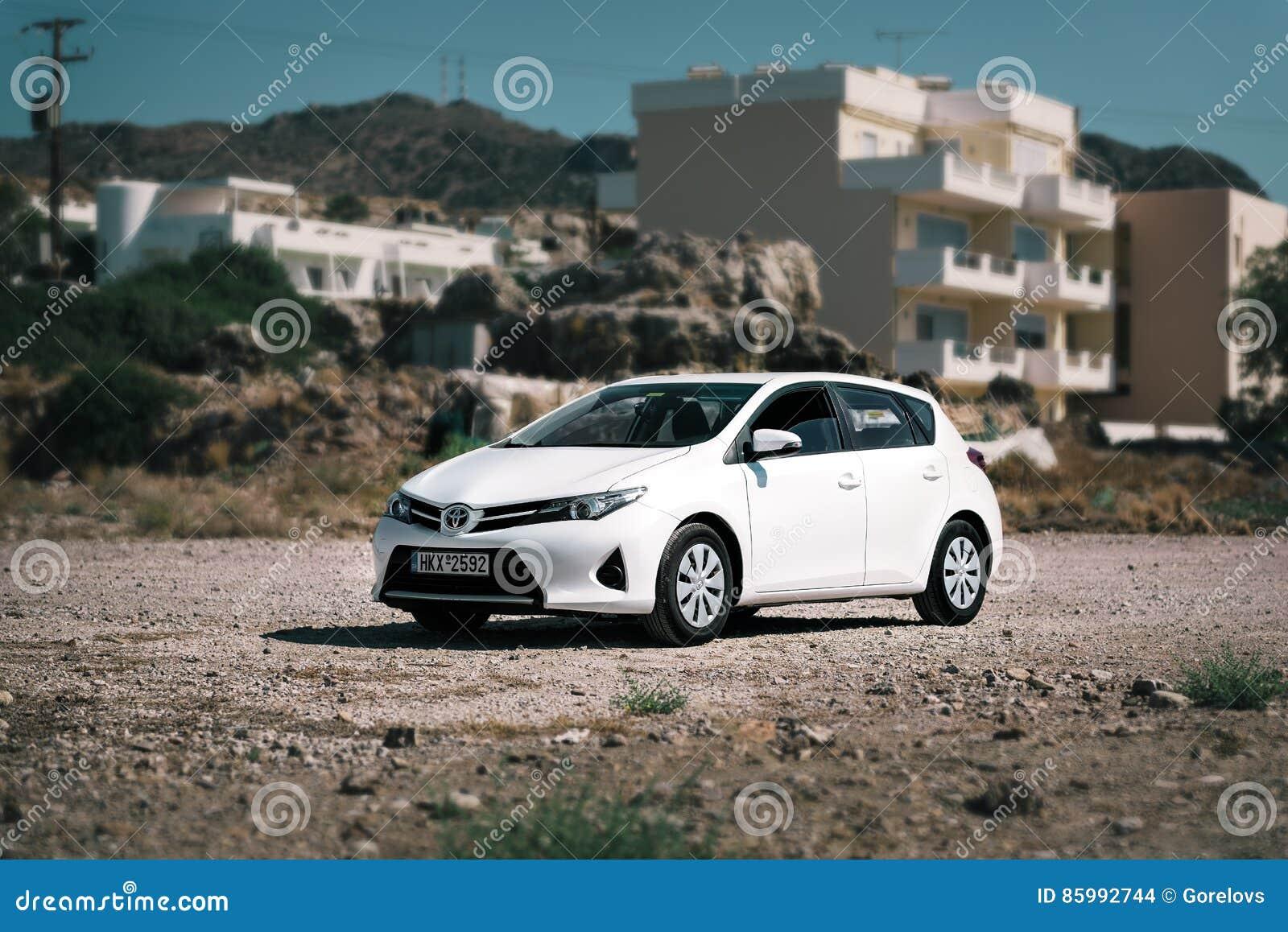 I Soggiorni Bianchi Di Toyota Auris Hanno Parcheggiato Sulla ...