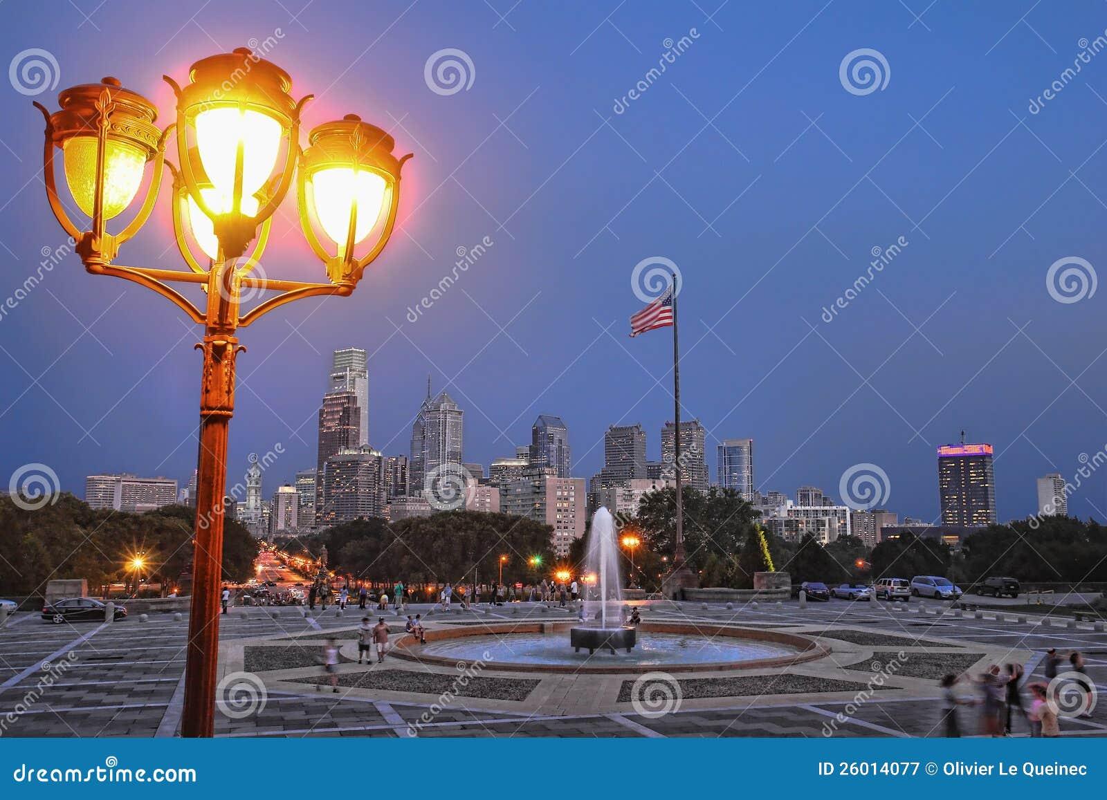 I stadens centrum horisont för skymning för Philadelphia Cityscapestad