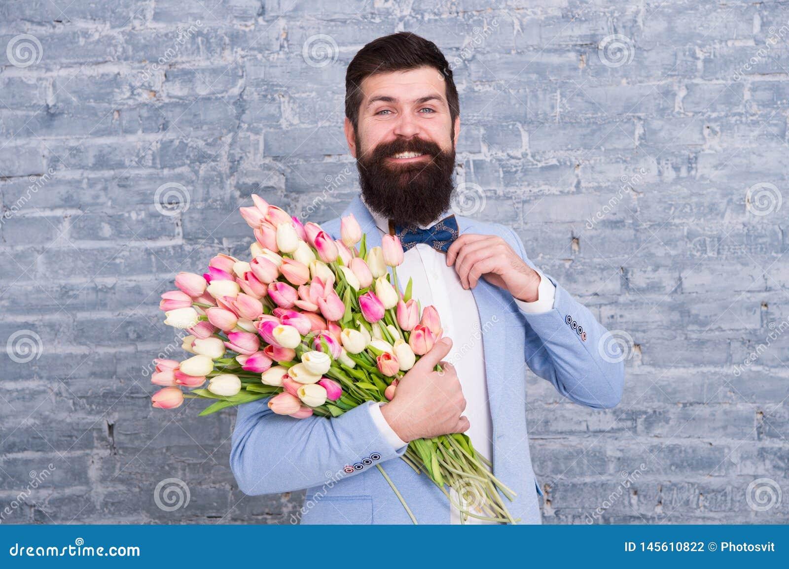 I stort lynne H?lsa v?ren Mars 8 F?r?lskelse Internationell ferie Skäggig man med att gifta sig tulpanbuketten kvinnors dag