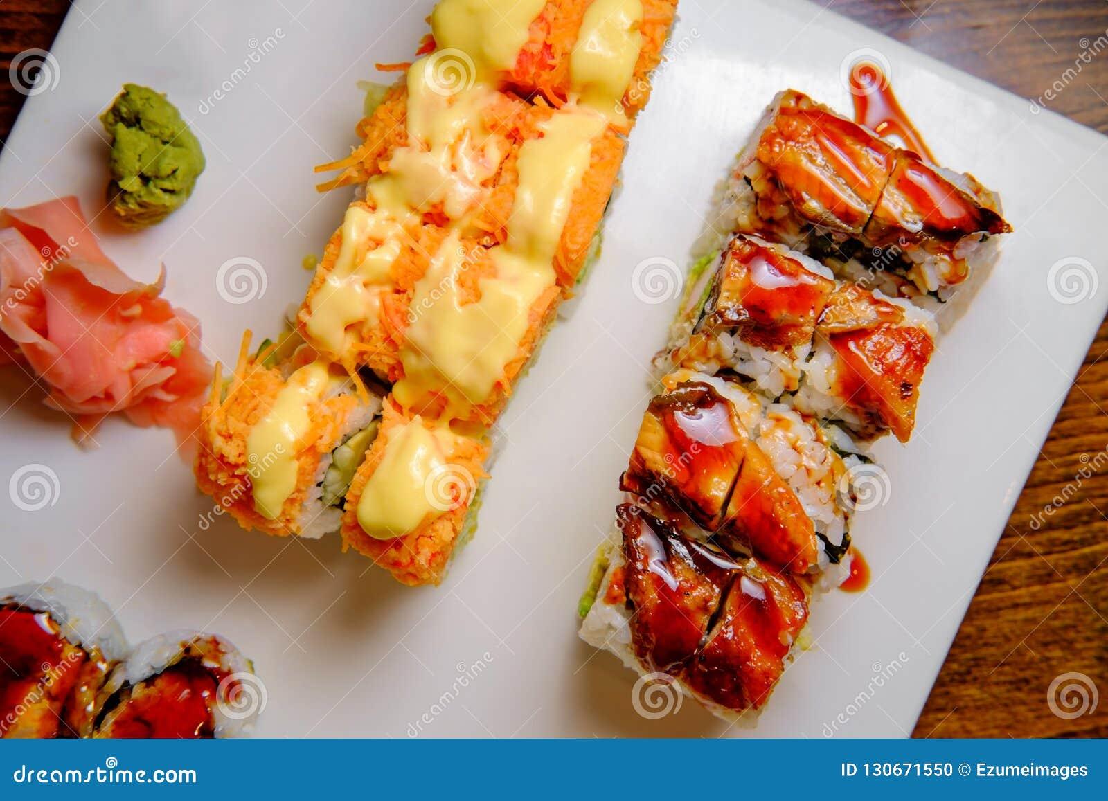 I sushi operati rotolano il vassoio