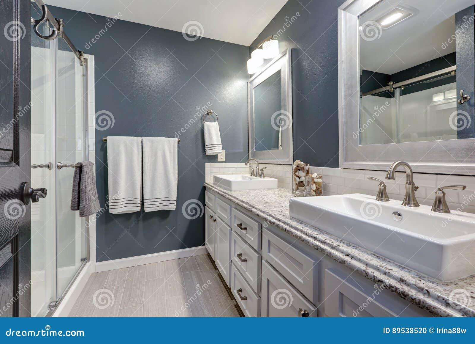 I svit badrum med perfekt design