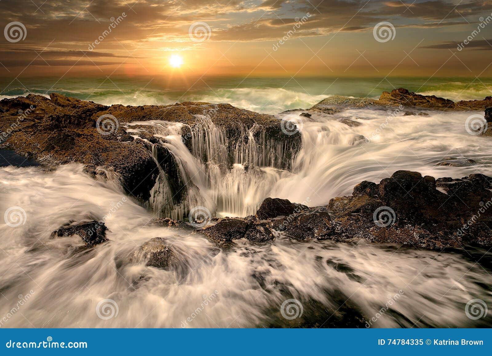 I Thors del becco di acqua scaturiscono costa dell Oregon