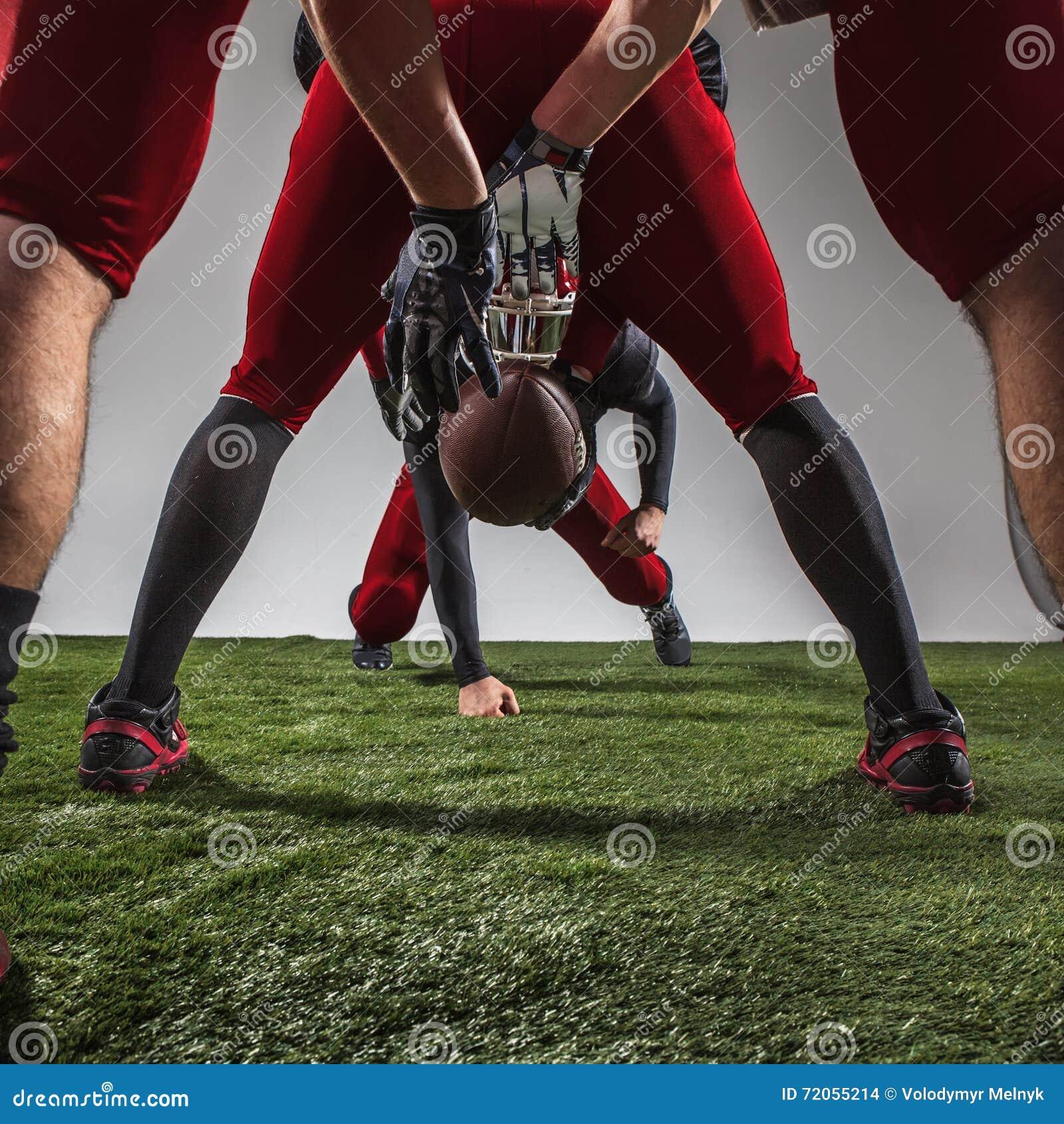 I tre giocatori di football americano nell azione
