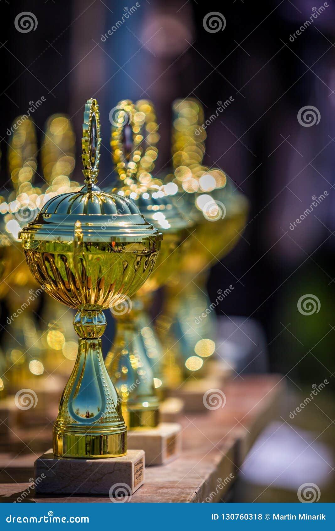 I trofei brillanti allineano sulla tavola