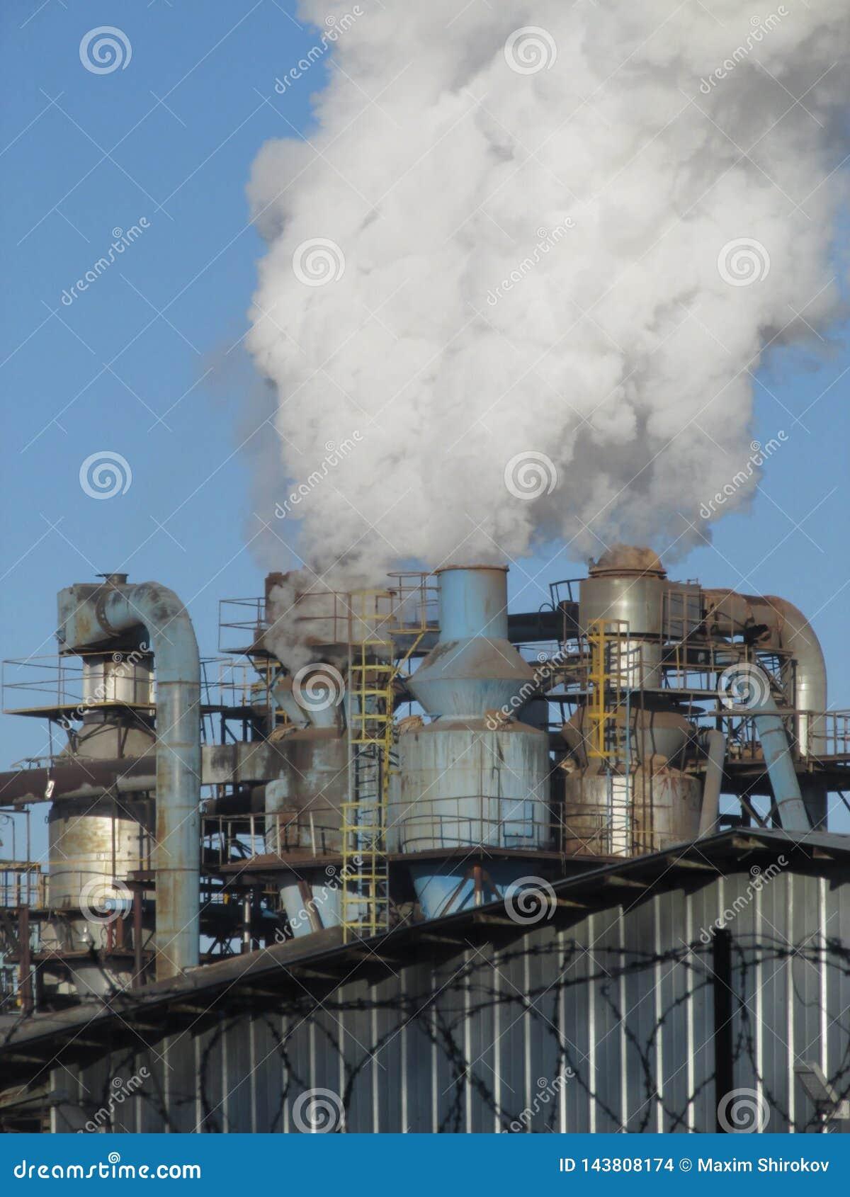 I tubi di fumo della fabbrica del compensato in Kostroma, Russia
