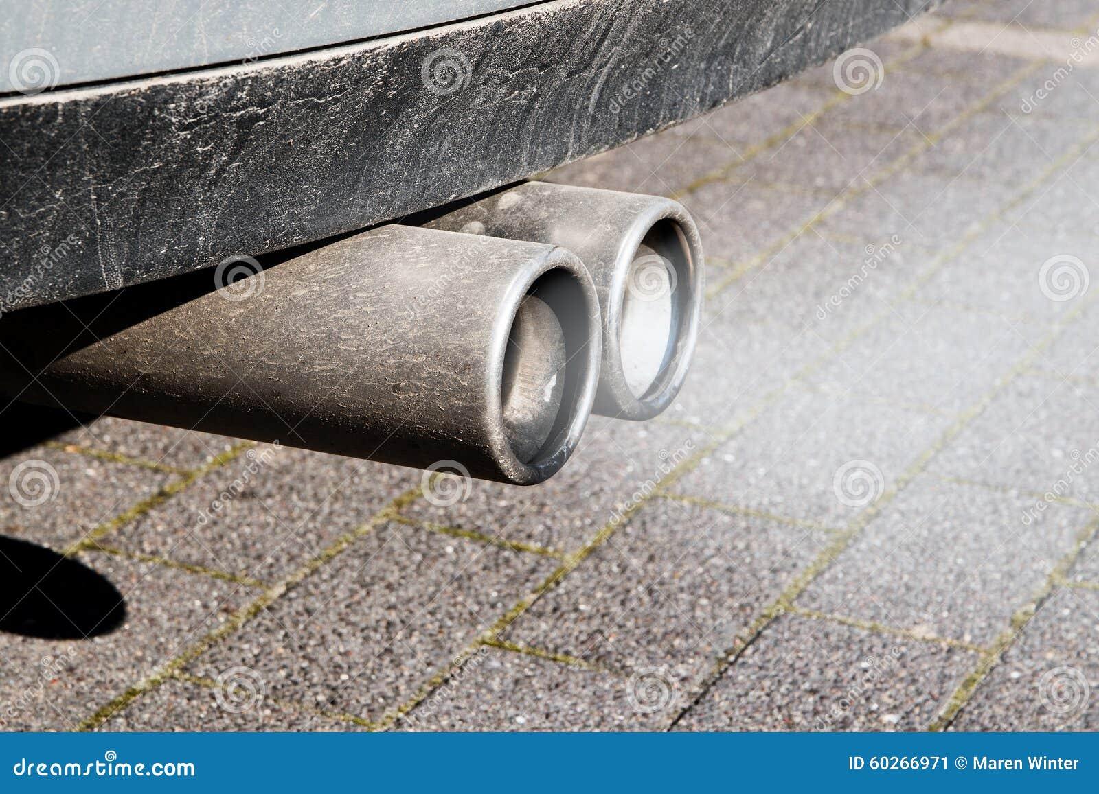 I tubi di scarico doppi sporchi di un automobile, emissioni provano