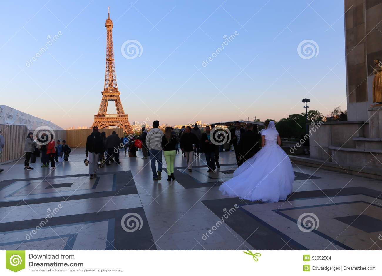 I turisti godono di alla torre Eiffel - Parigi