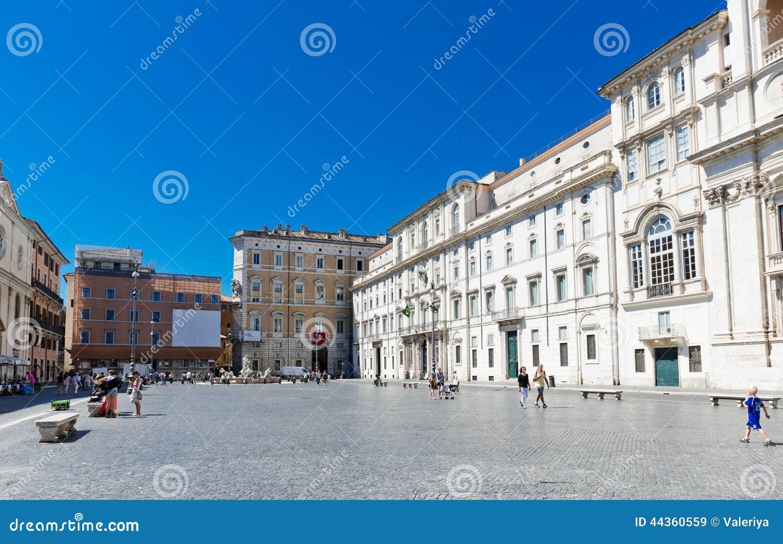 I turisti visitano la piazza Navona La piazza Navona è una del Mo