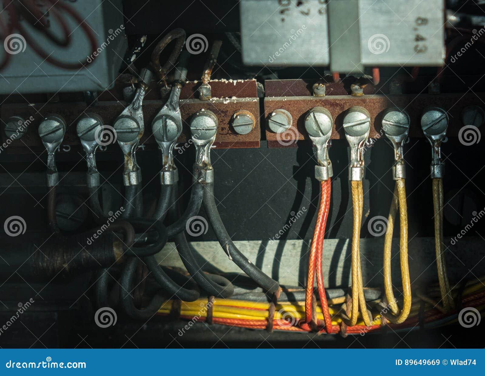 I vecchi cavi elettrici con il terminale dell occhiello