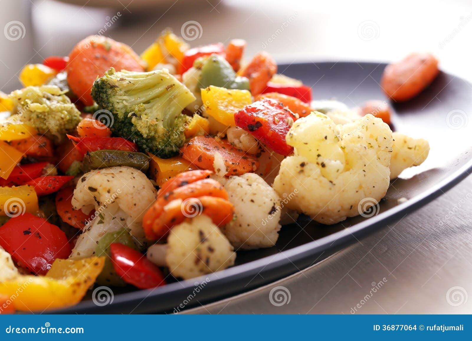 Download I Verdi Deliziosi Risiedono Nella Tazza Sulla Tavola Fotografia Stock - Immagine di cottura, frutta: 36877064