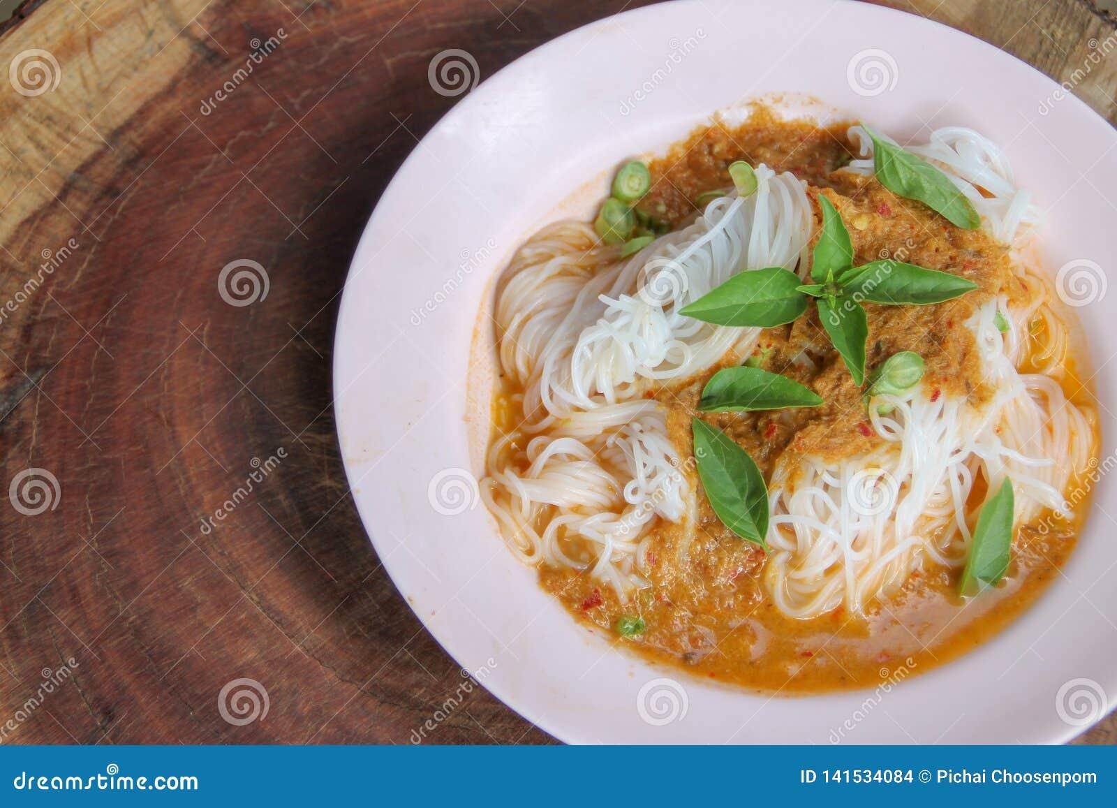 I vermicelli tailandesi bolliti del riso, alimentare solitamente con strigliano e di verdure