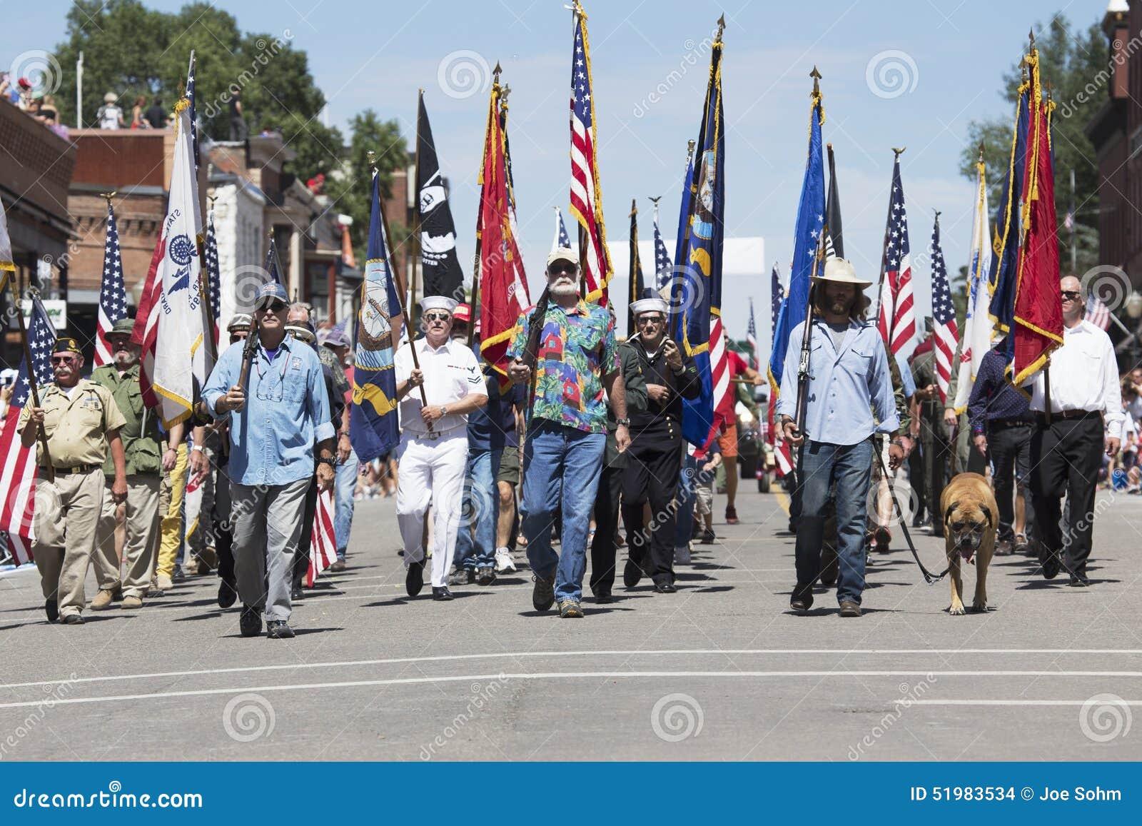 I veterani marciano gi main street il 4 luglio parata - Papaveri e veterani giorno di papaveri e veterani ...